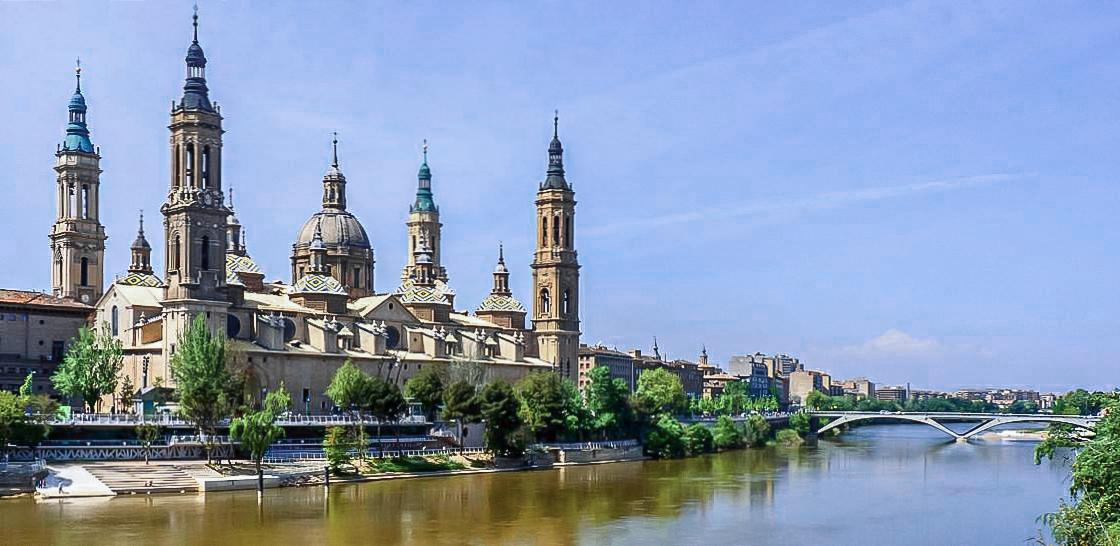 Zaragoza - Basílica del Pilar y río Ebro.jpg