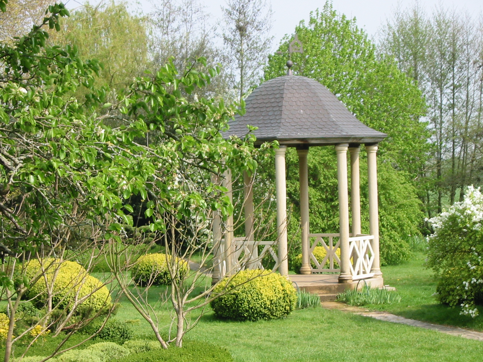 """File:""""Serenity temple"""", in garden of Vendeuvre (France ..."""