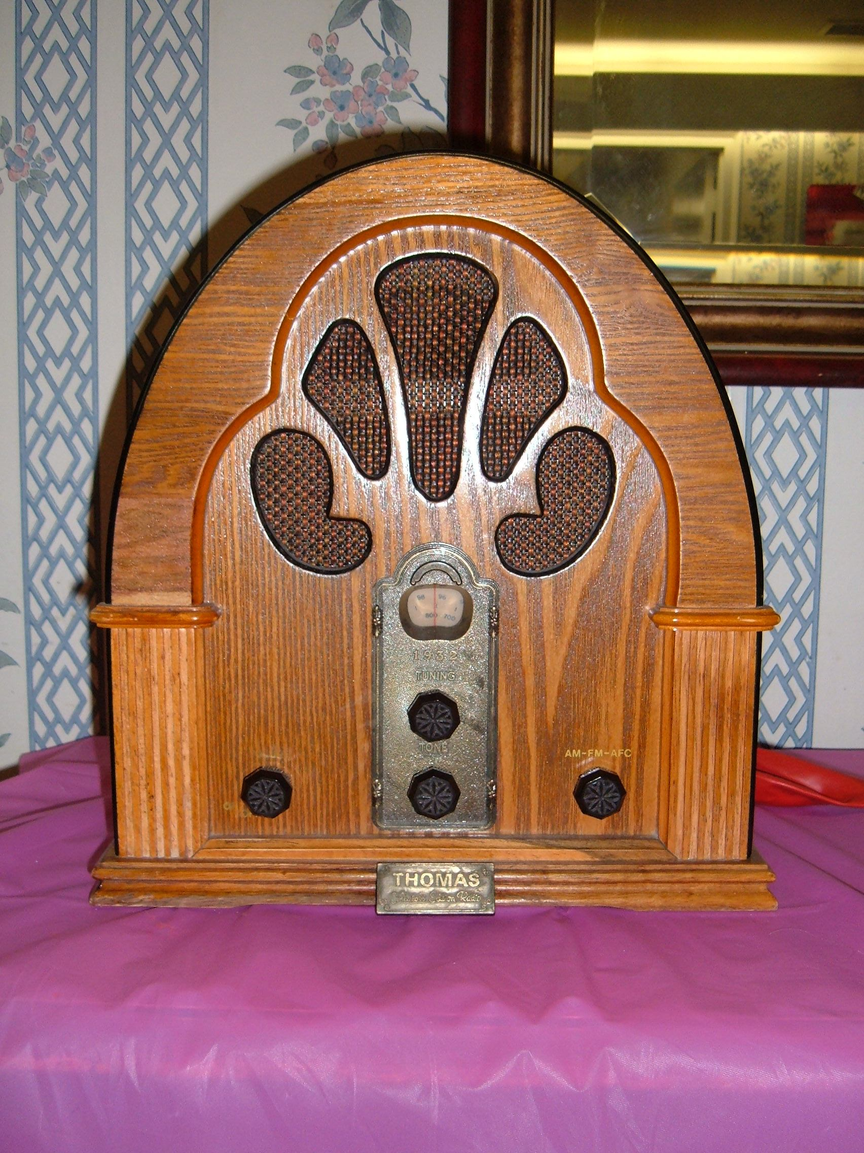 http://upload.wikimedia.org/wikipedia/commons/1/10/1932_Thomas_radio.JPG