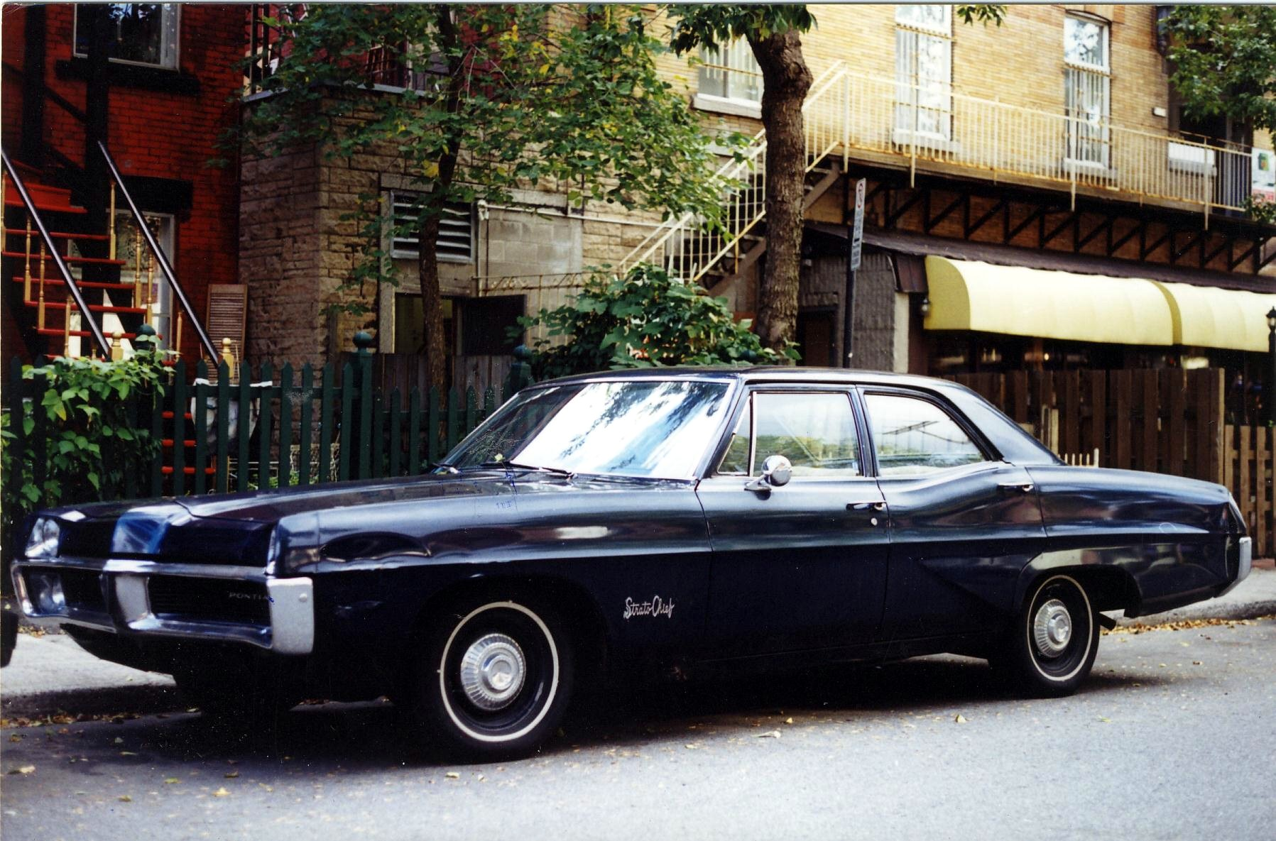 File 1967 Pontiac Strato Chief Sedan Jpg Wikimedia Commons