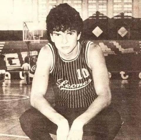 Ricardo Arjona en su etapa de baloncestista.