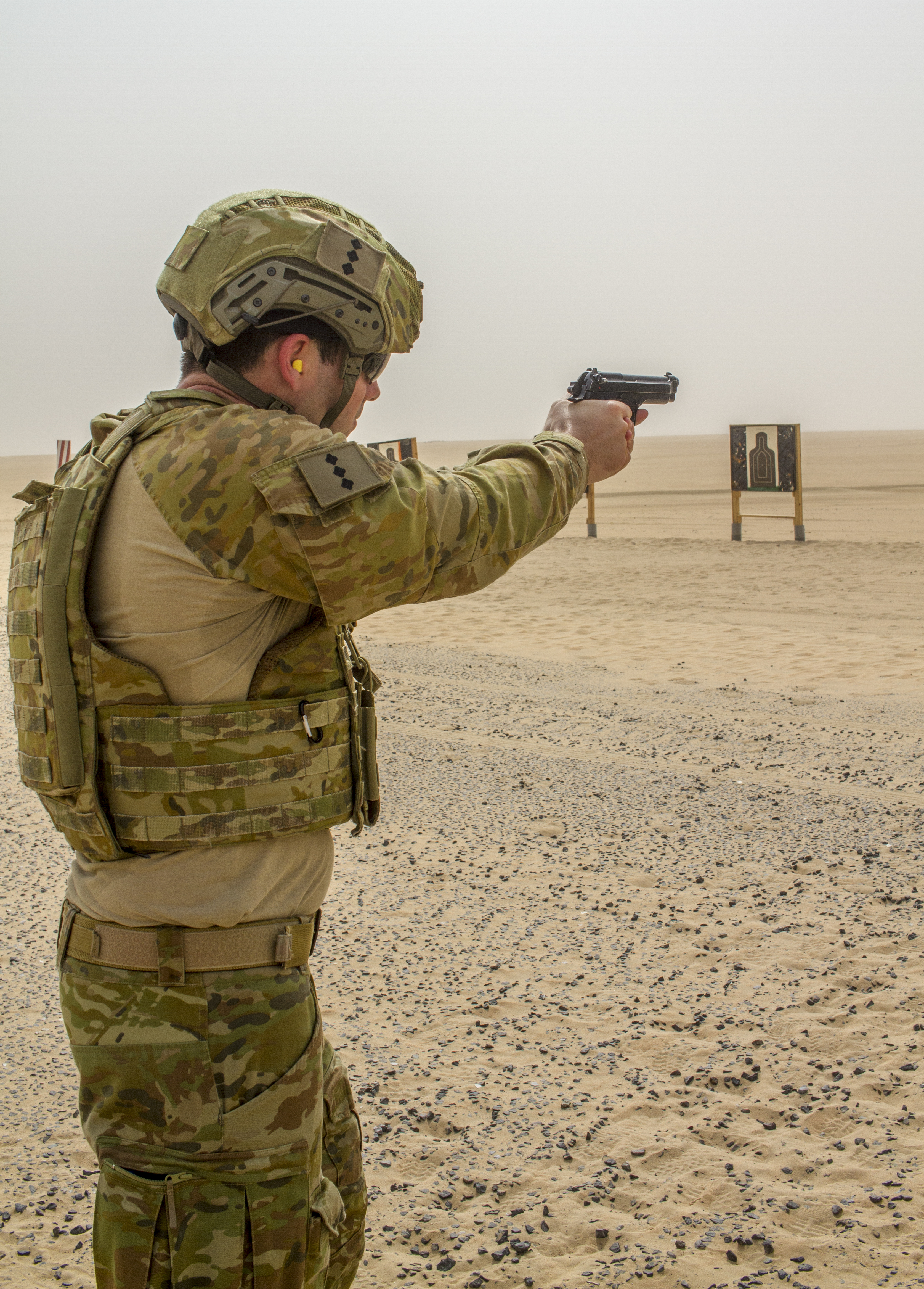 FILE AUSTRALIAN ARMY OFFICER FIRING A M9 PISTOL IN KUWAIT DURING