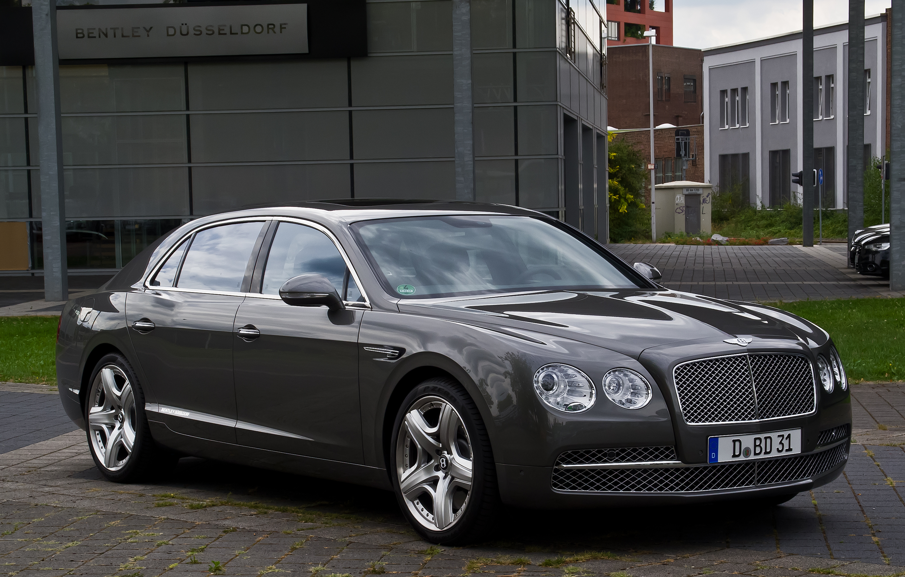 file bentley flying spur frontansicht 1 12 august 2013 d wikimedia commons. Black Bedroom Furniture Sets. Home Design Ideas