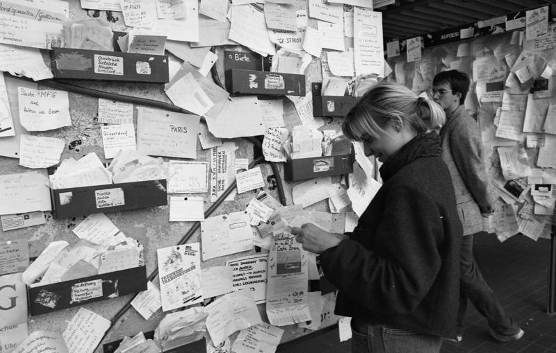 File:Bundesarchiv B 145 Bild-F079093-0005, Göttingen, Universität, Wand für Aushänge.jpg