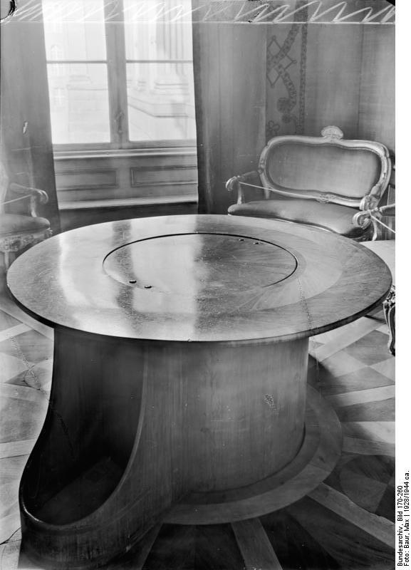 Les mécanismes des tables volantes au XVIIIe siècle Bundesarchiv_Bild_170-260%2C_Potsdam%2C_%22Tischlein_deck_dich%22_im_Stadtschlo%C3%9F