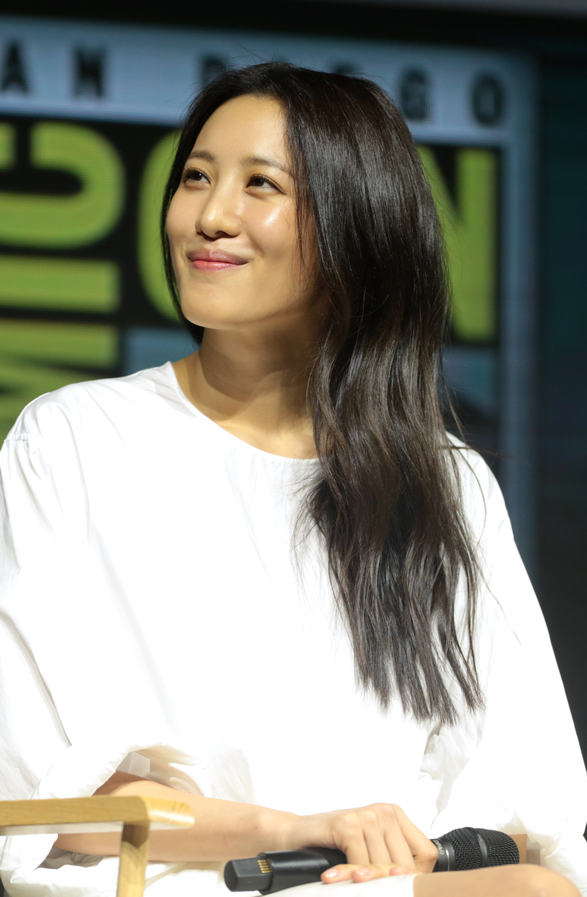 The 33-year old daughter of father (?) and mother(?) Claudia Kim in 2018 photo. Claudia Kim earned a  million dollar salary - leaving the net worth at 0.4 million in 2018