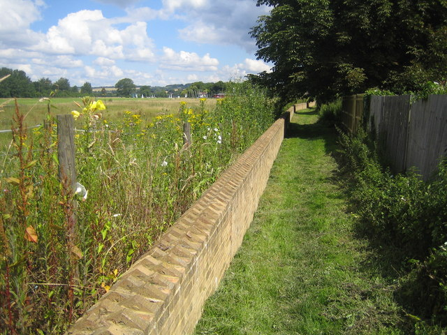 Cookham, Flood defence wall - geograph.org.uk - 490373
