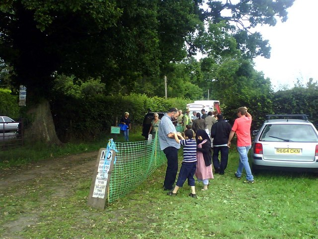 File:Entrance to Bledlow Ridge car boot sale - geograph.org.uk - 1415782.jpg