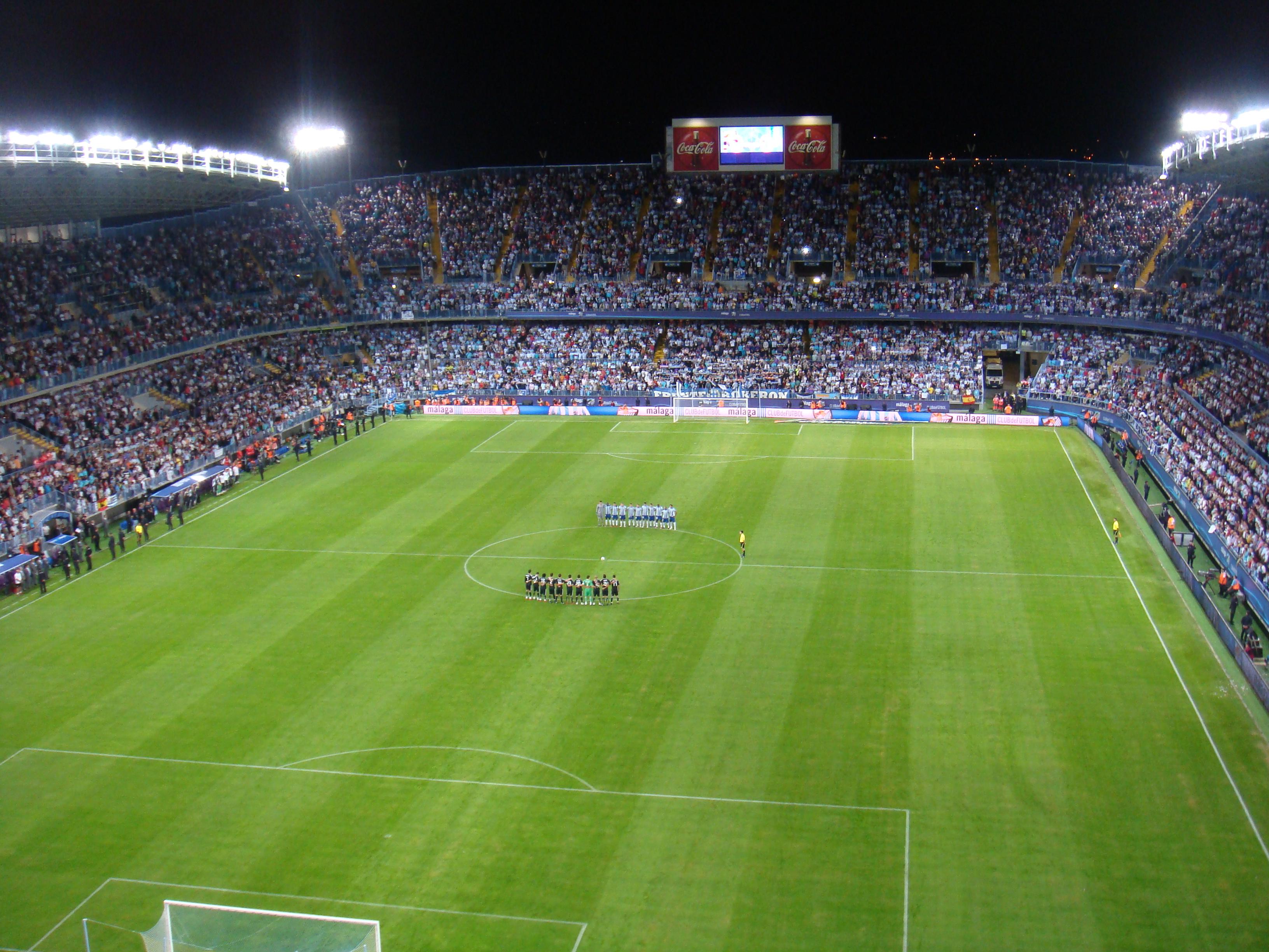 Panorámica nocturna del estadio de fútbol de La Rosaleda