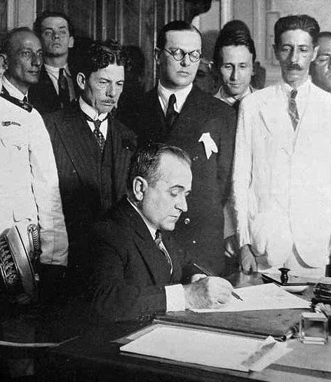 Getúlio Vargas nomeia seus ministros em novembro de 1930 (atrás, de óculos, Lindolpho Collor, Ministro do Trabalho)