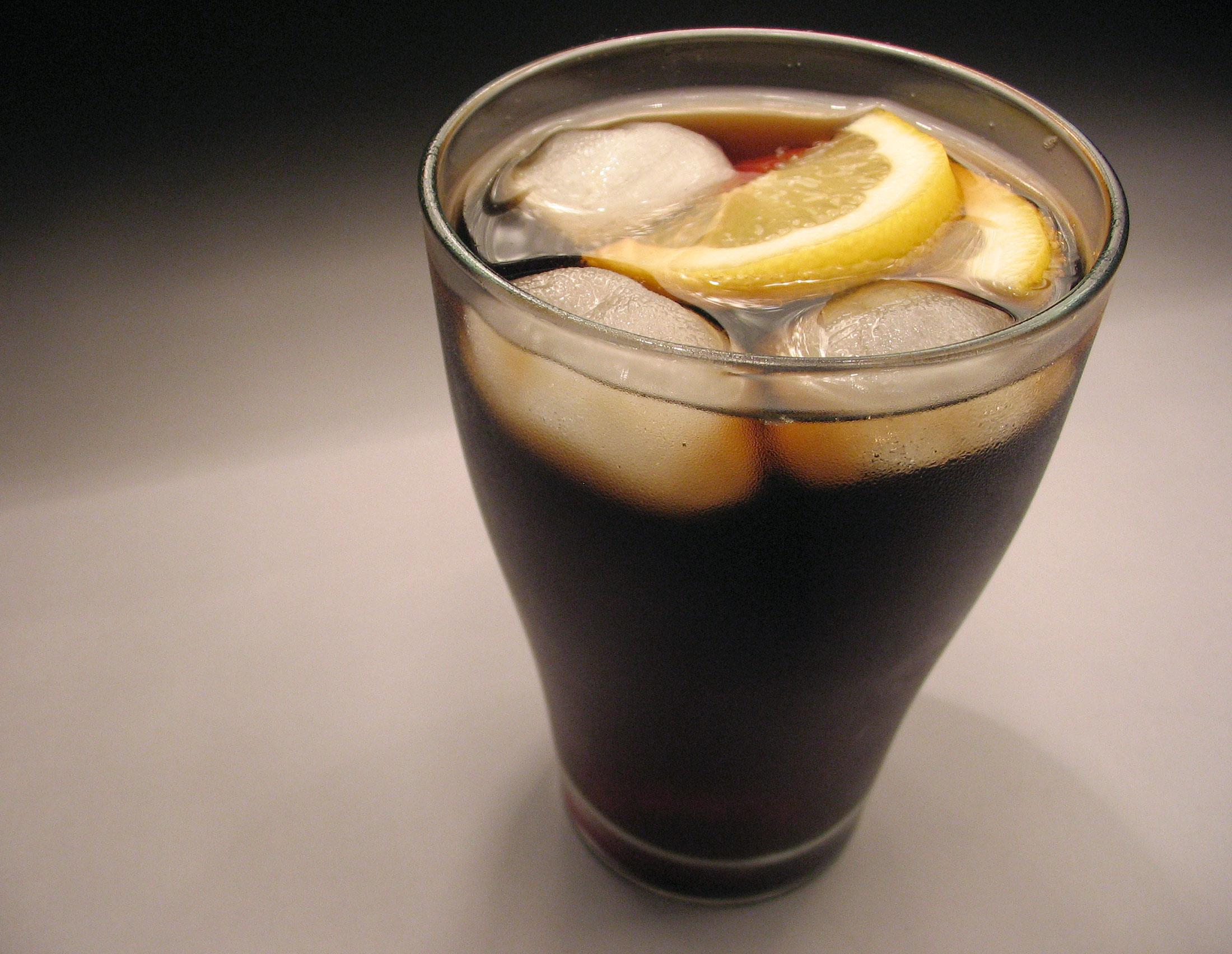 Cola mit Eiswürfeln und Zitrone