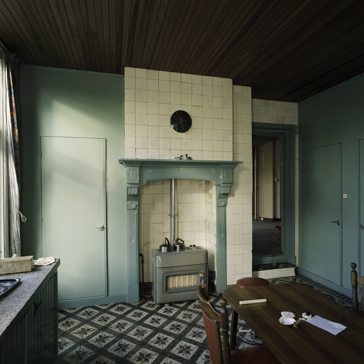 File interieur overzicht van de keuken met gaskachel en for Interieur keuken