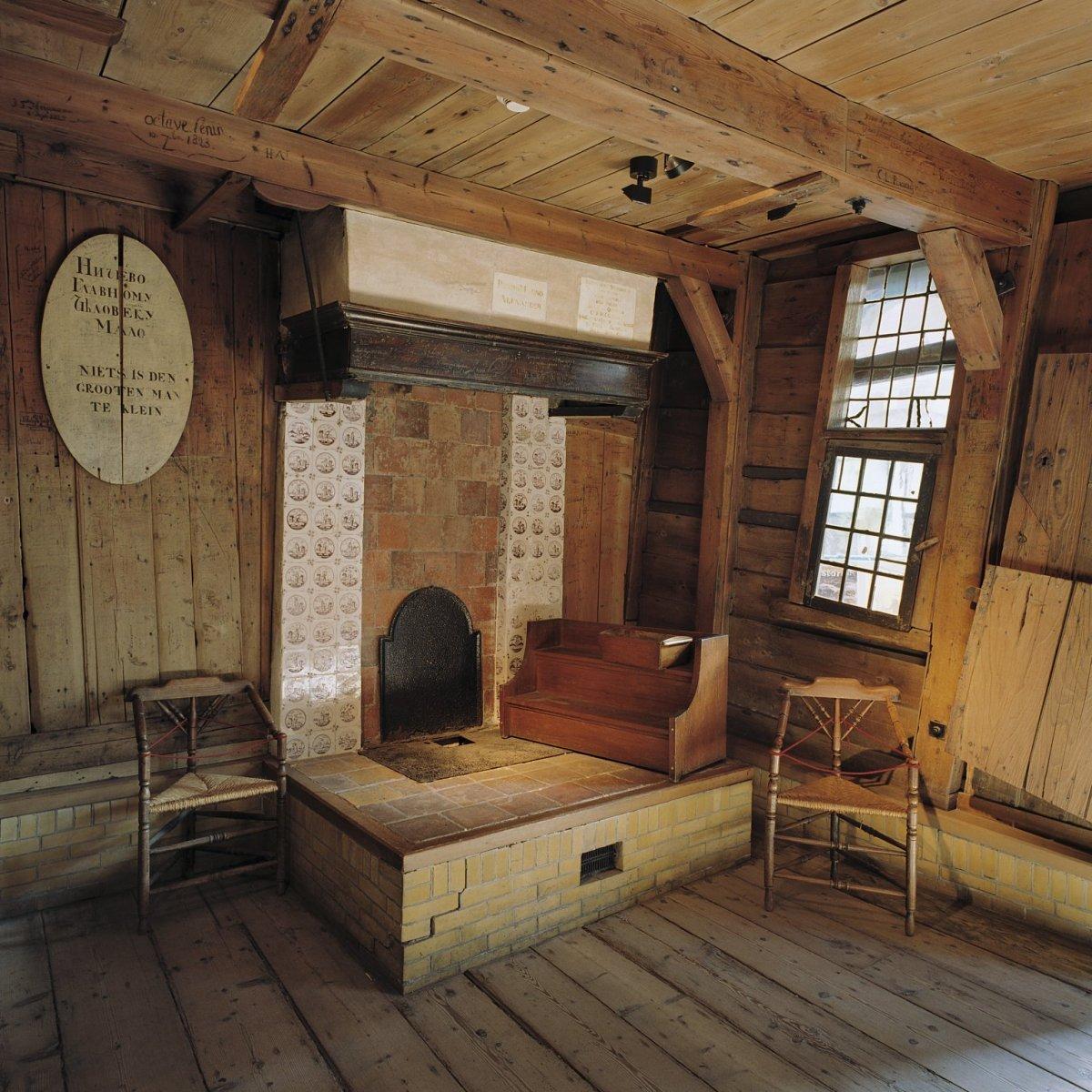 file interieur overzicht van de schouw in het interieur van het houten huis binnen het stenen