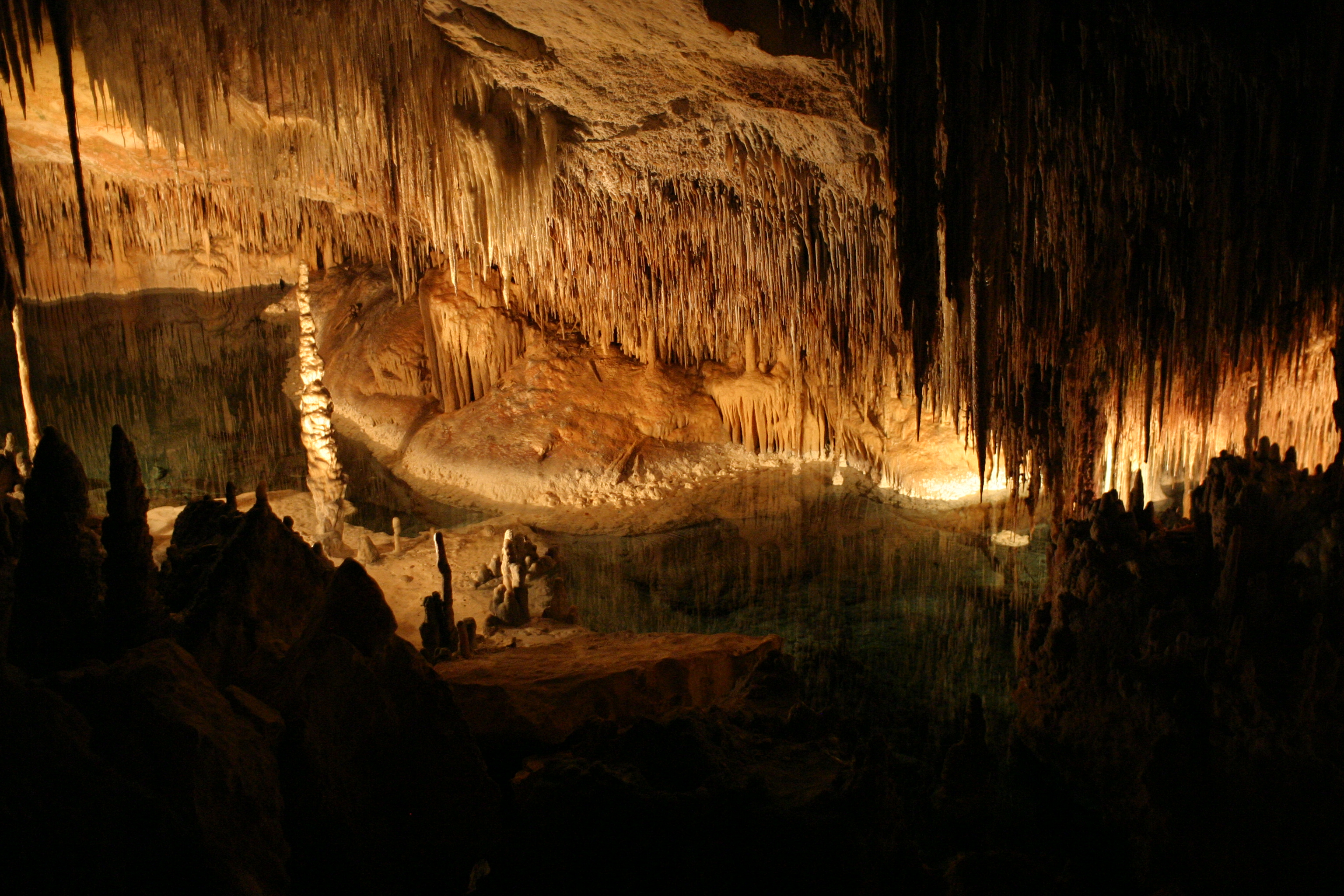 Image of Interior_de_las_Cuevas_del_Drach.jpg#: http://commons.wikimedia.org/wiki/Special:FilePath/Interior_de_las_Cuevas_del_Drach.jpg