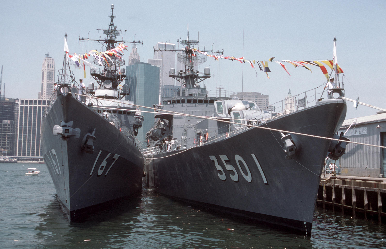 JS_Nagatsuki_%28DD-167%29_and_JS_Katori_%28TV-3501%29_in_New_York_Harbor%2C_-4_Jul._1986_a.jpg