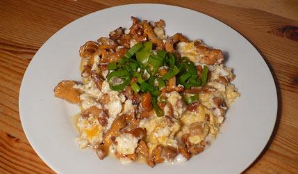 Kuvahaun tulos haulle scrambled eggs with chanterelle and bacon