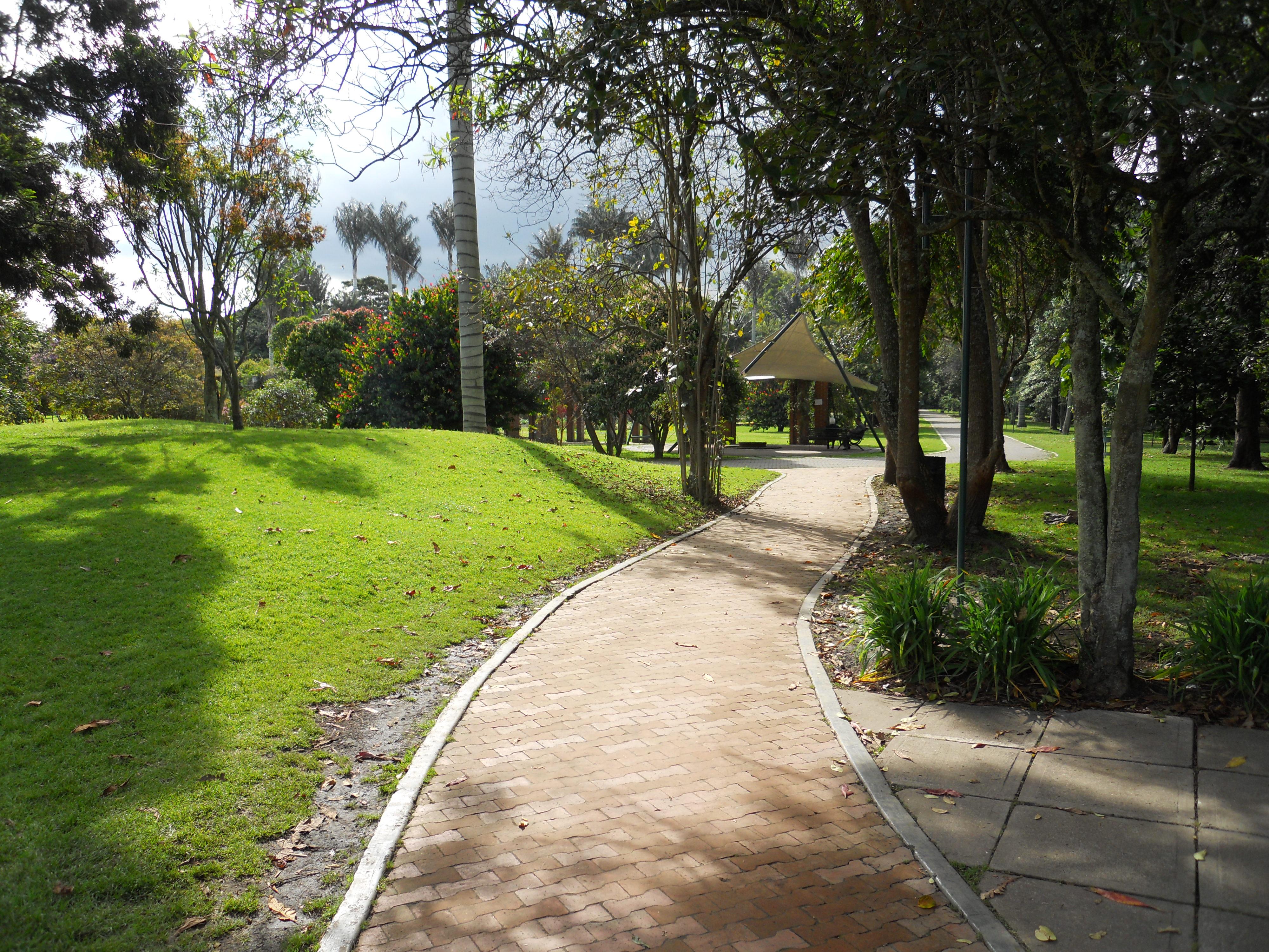 File jard n bot nico de bogot sendero de ladrillo jpg for Barrio ciudad jardin norte bogota
