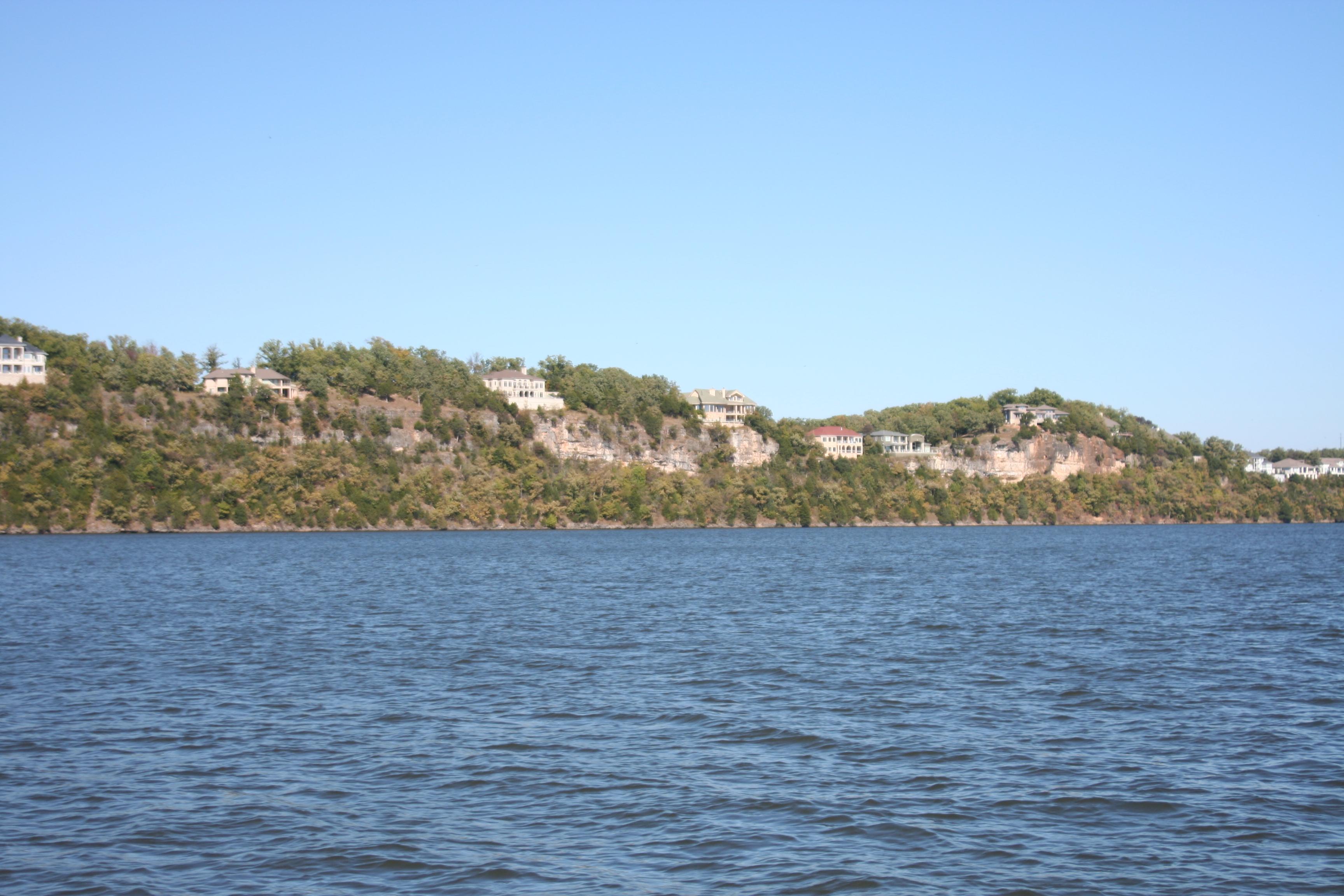 File:Lake of the Ozarks, MO Houses 12.JPG - Wikimedia Commons