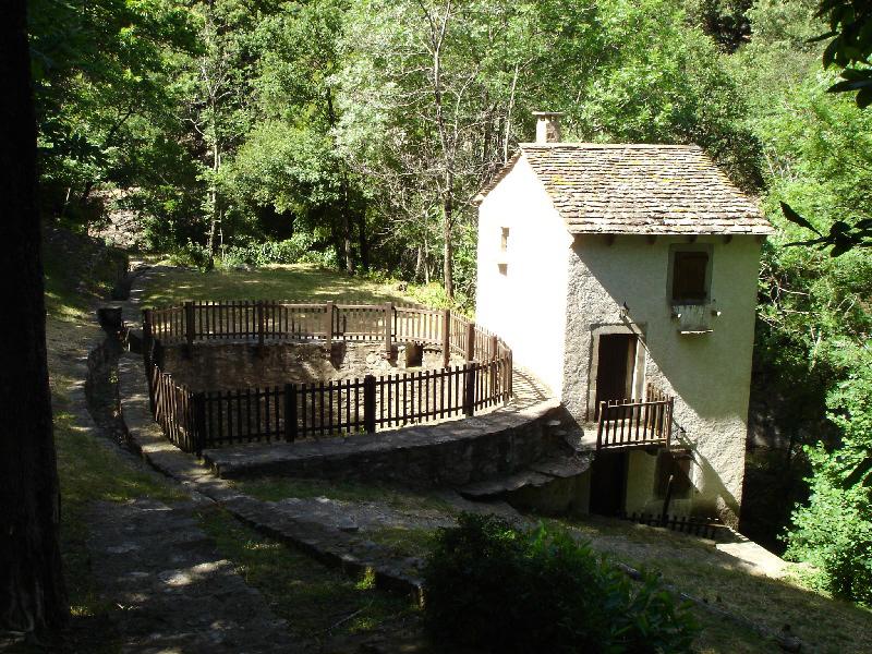 Castanet-le-Haut (Hérault) - Le Moulin du Nougayrol (moulin de type à rodet). Remarquer la cuve à eau (pesquier en occitan), pour stocker l'eau nécessaire au fonctionnement, ainsi que la conduite (beal en occitan) pour amener l'eau à cette cuve.