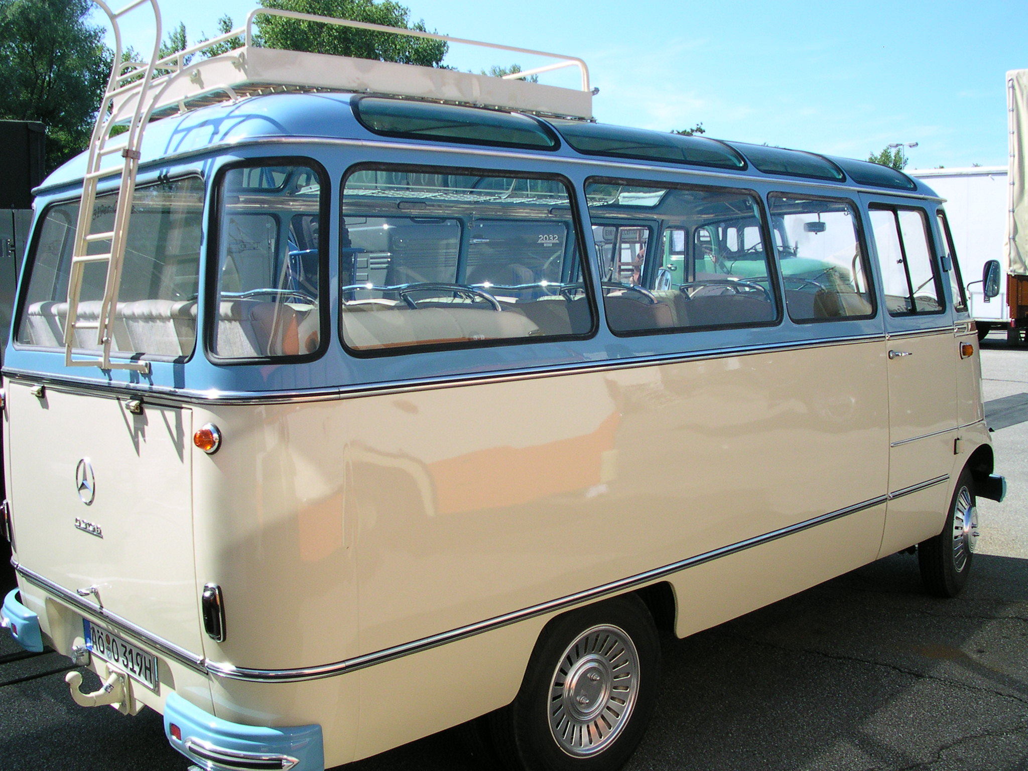 File mb o 319 panorama bus wikimedia commons for Mercedes benz 319 bus for sale