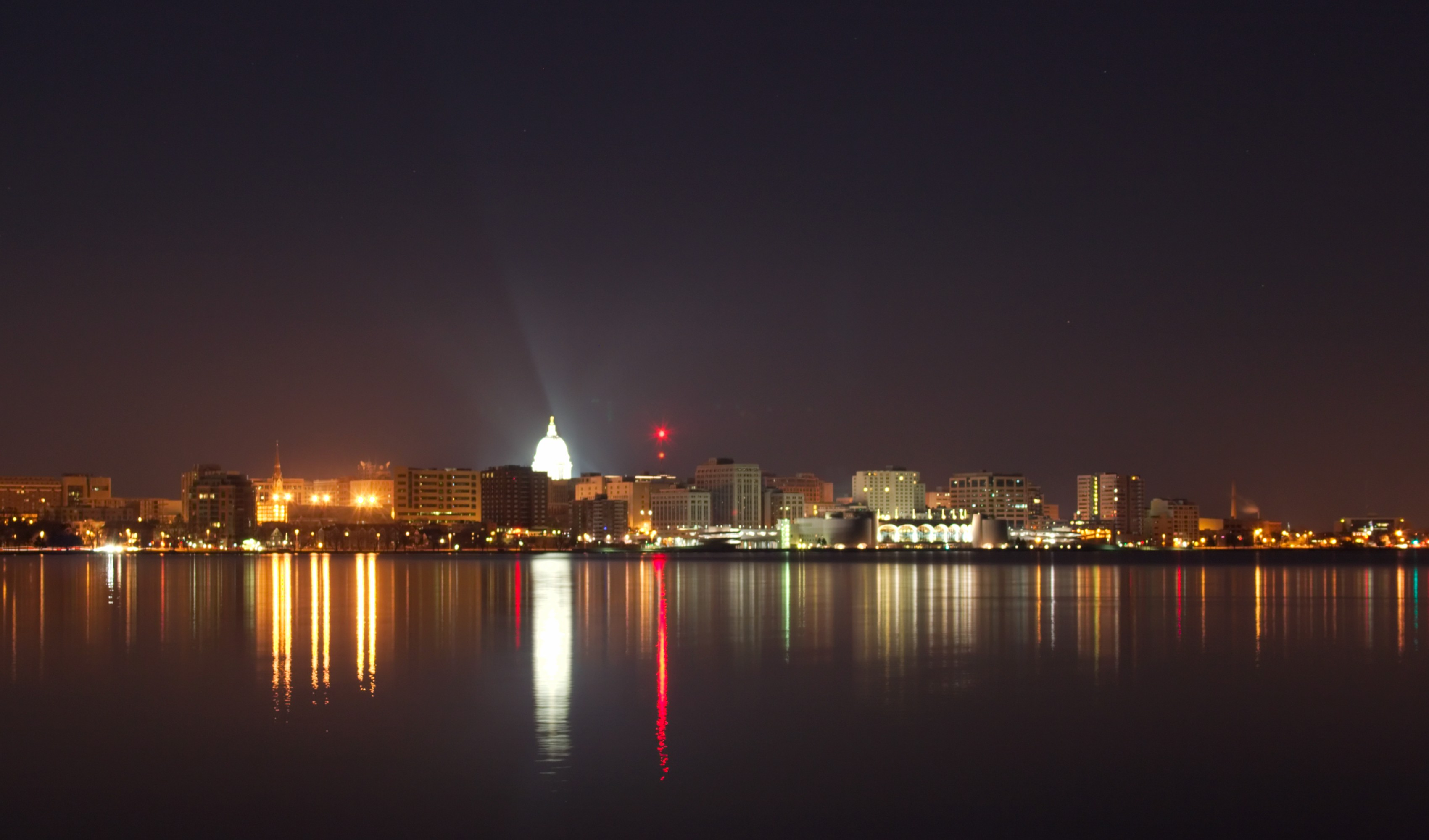 file madison wisconsin skyline night 0855 jpg wikimedia commons