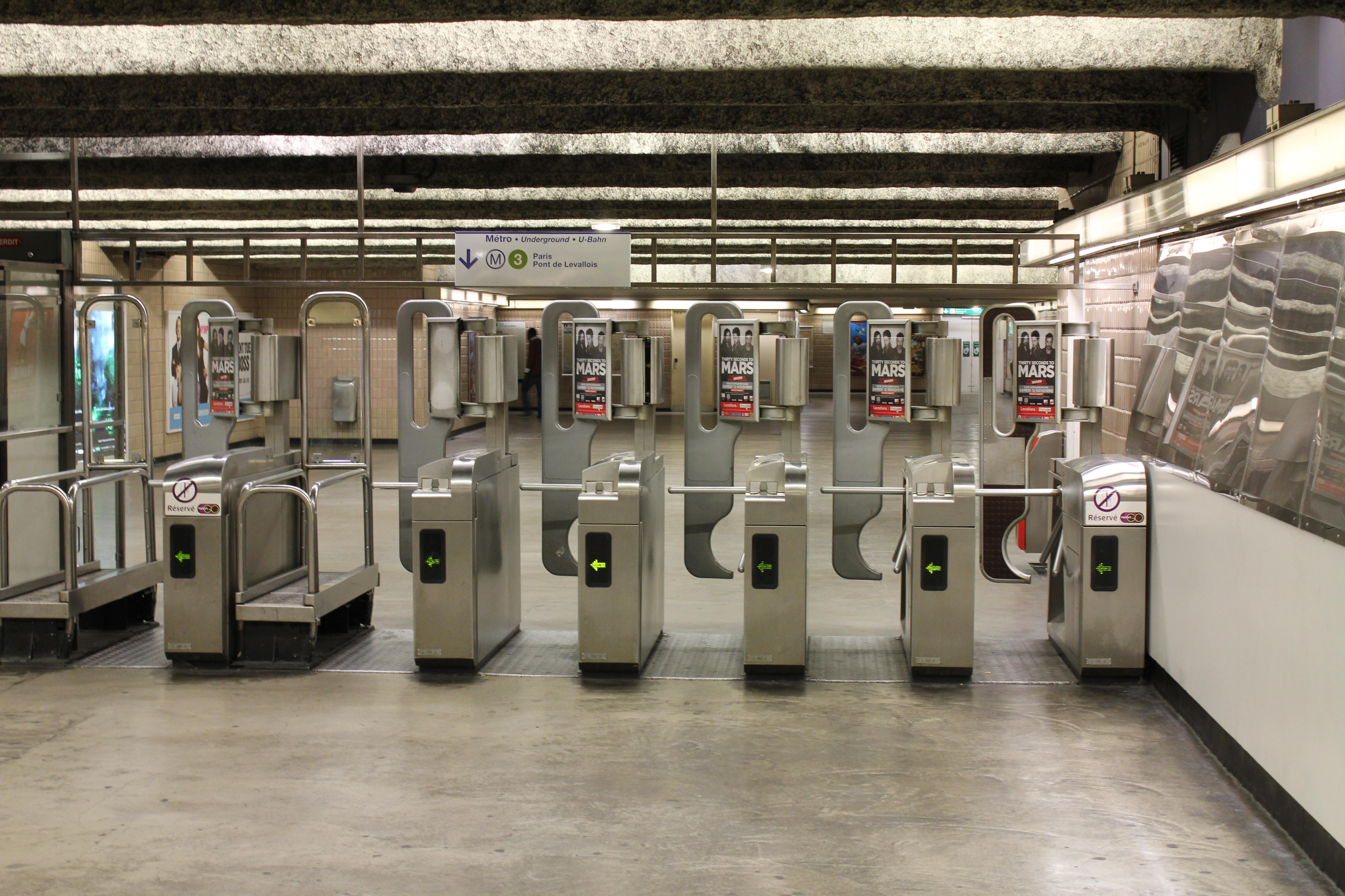 File Metro de Paris Ligne 3 Salle des billets Gallieni
