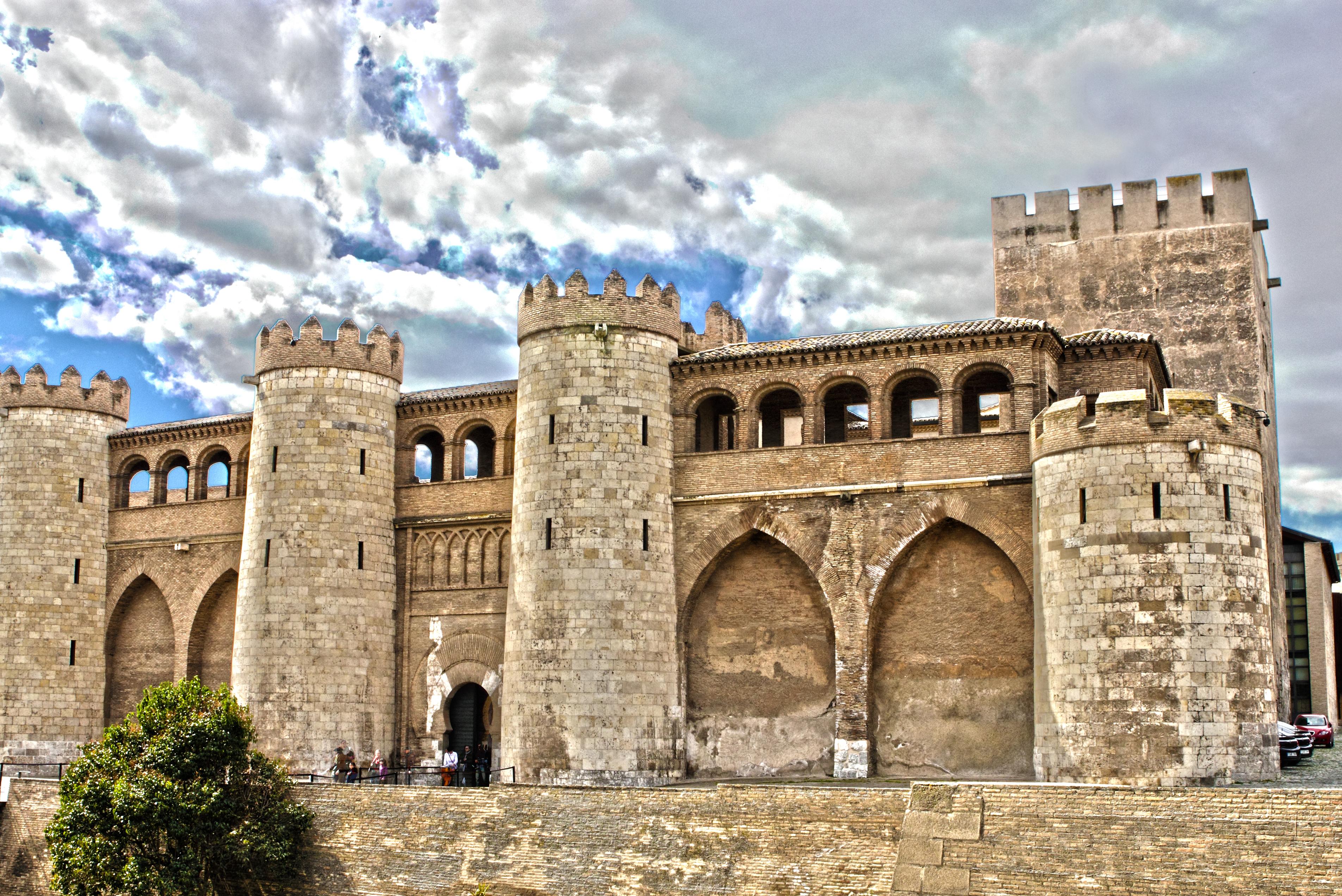 File:Palacio de la Aljafería - Zaragoza (ES).jpg - Wikimedia Commons
