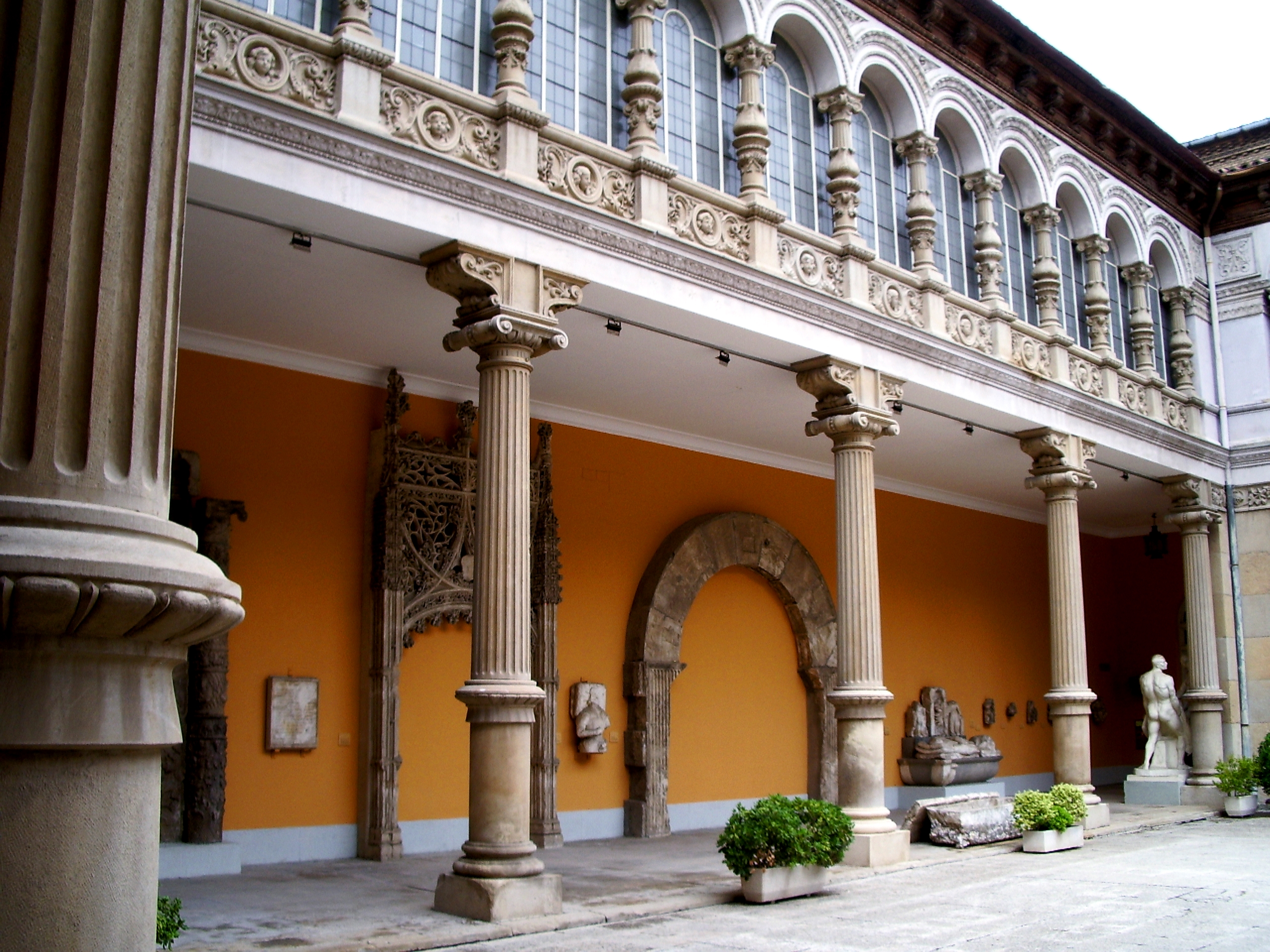 File:Patio del Museo de Zaragoza-1.jpg - Wikimedia Commons