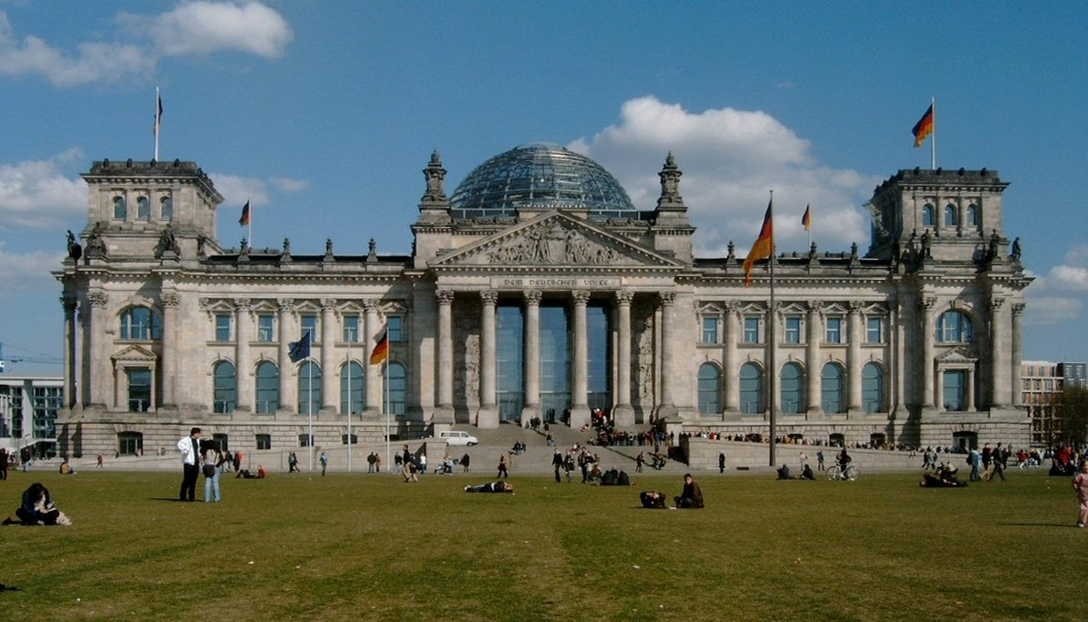 https://upload.wikimedia.org/wikipedia/commons/1/10/Reichstag_mit_Wiese.jpg