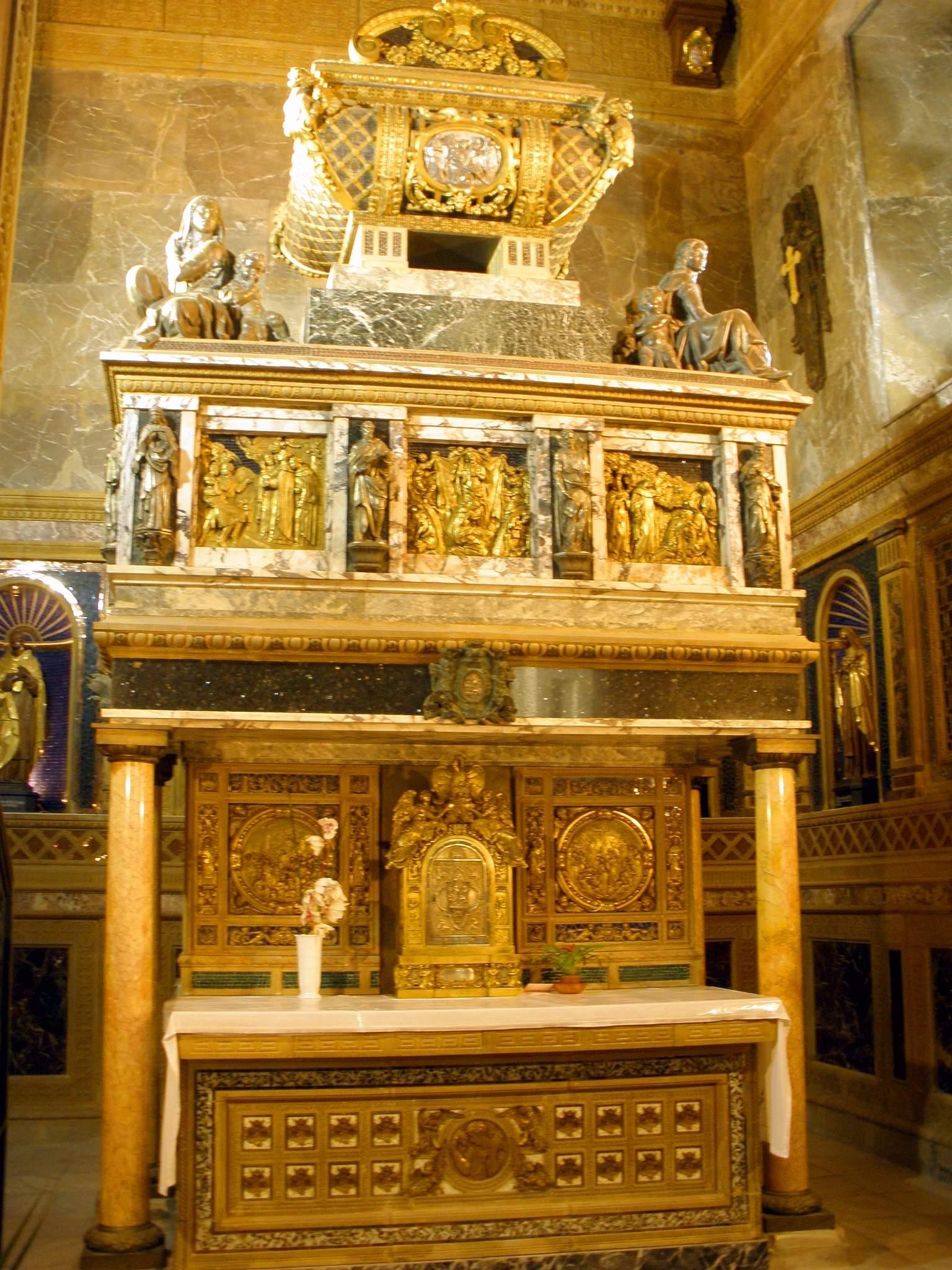 Sepulcro de San Juan de la Cruz en el Convento de los Carmelitas Descalzos de Segovia.
