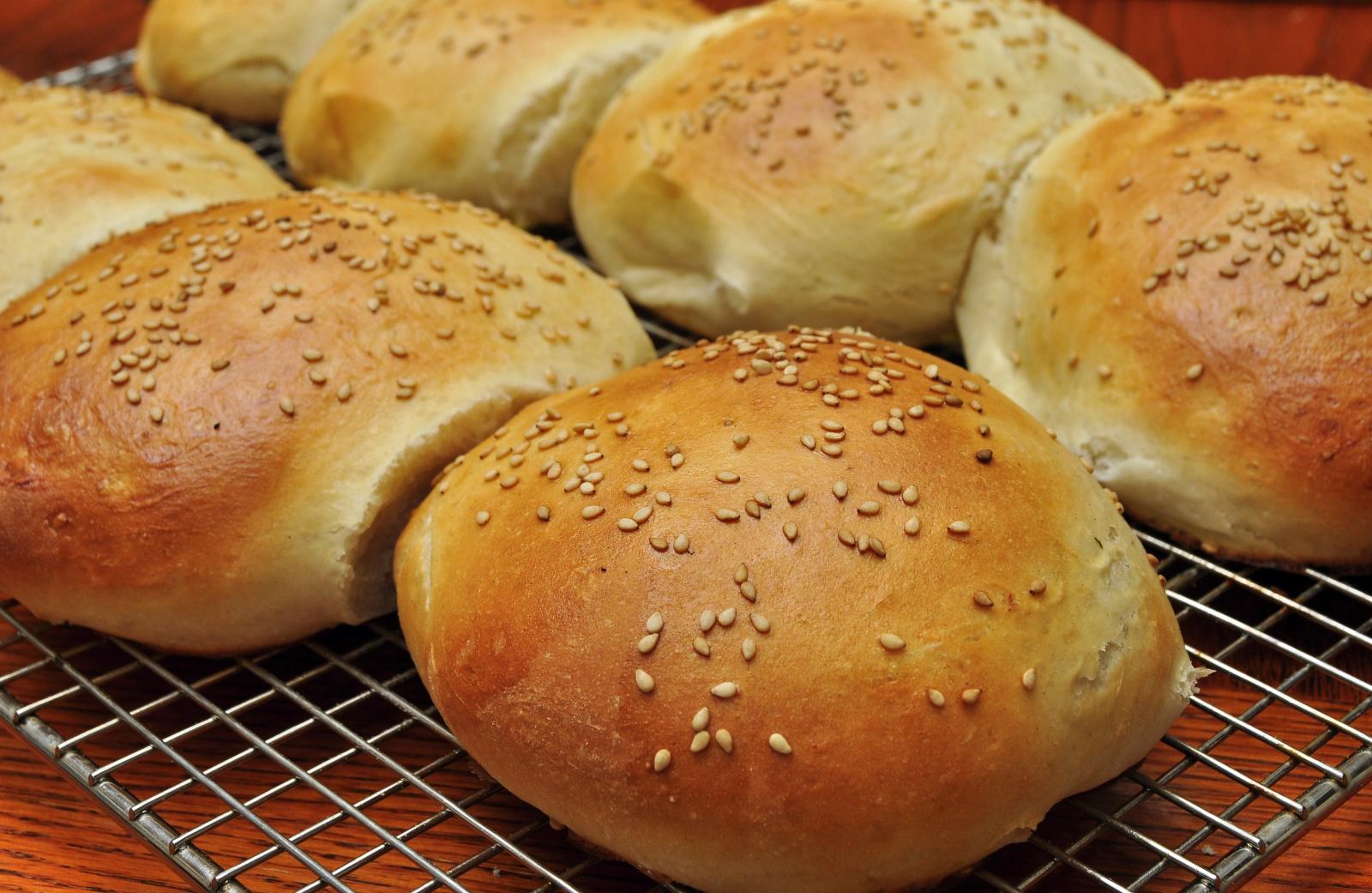 File:Sesame seed hamburger buns.jpg - Wikimedia Commons