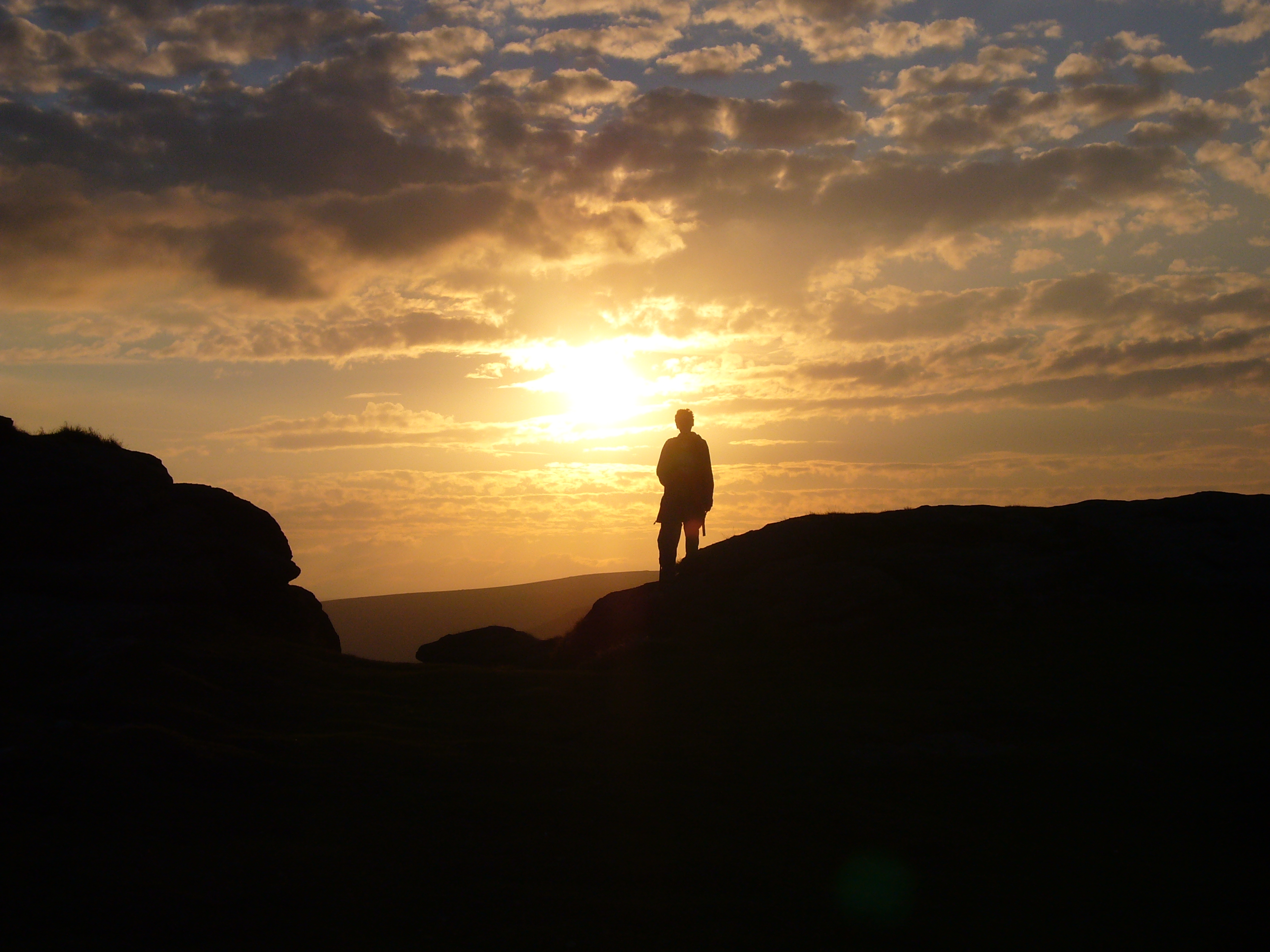 file someone at haytor at sunset jpg wikimedia commons