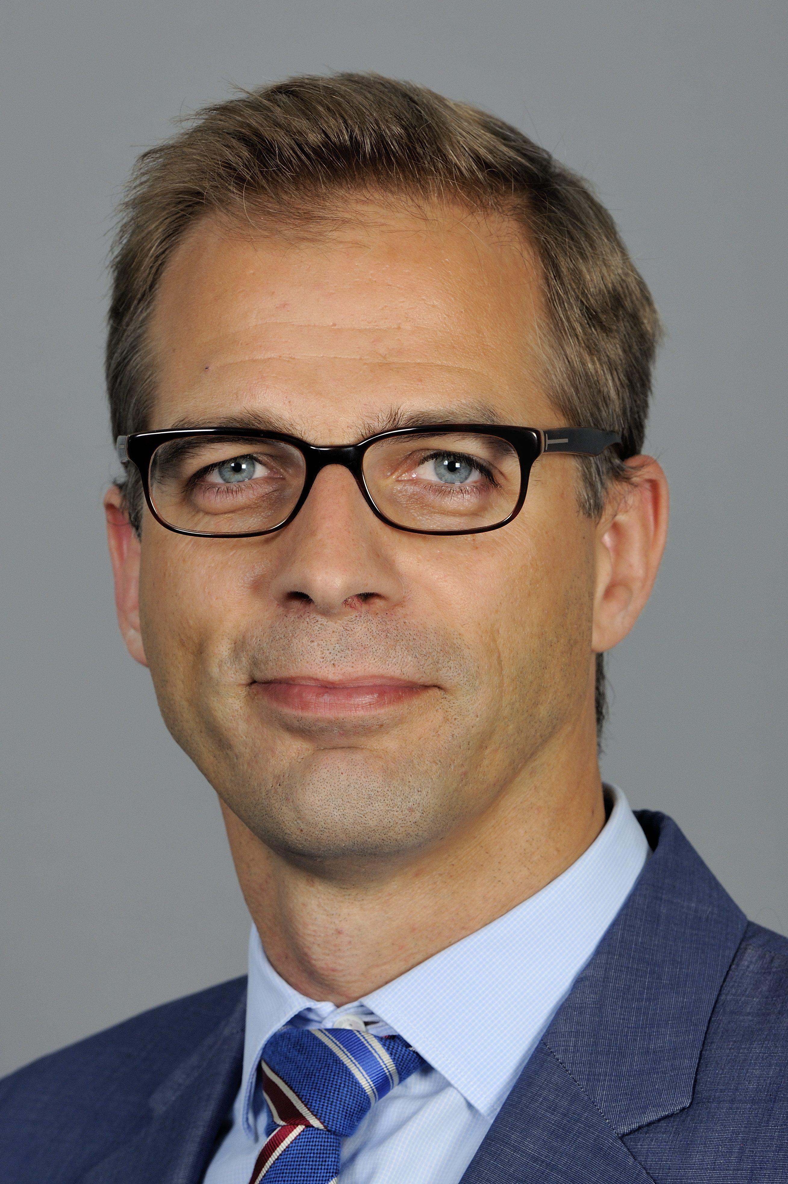 https://upload.wikimedia.org/wikipedia/commons/1/10/Stefan_Liebich_%28Martin_Rulsch%29_2014-09-10_1.jpg