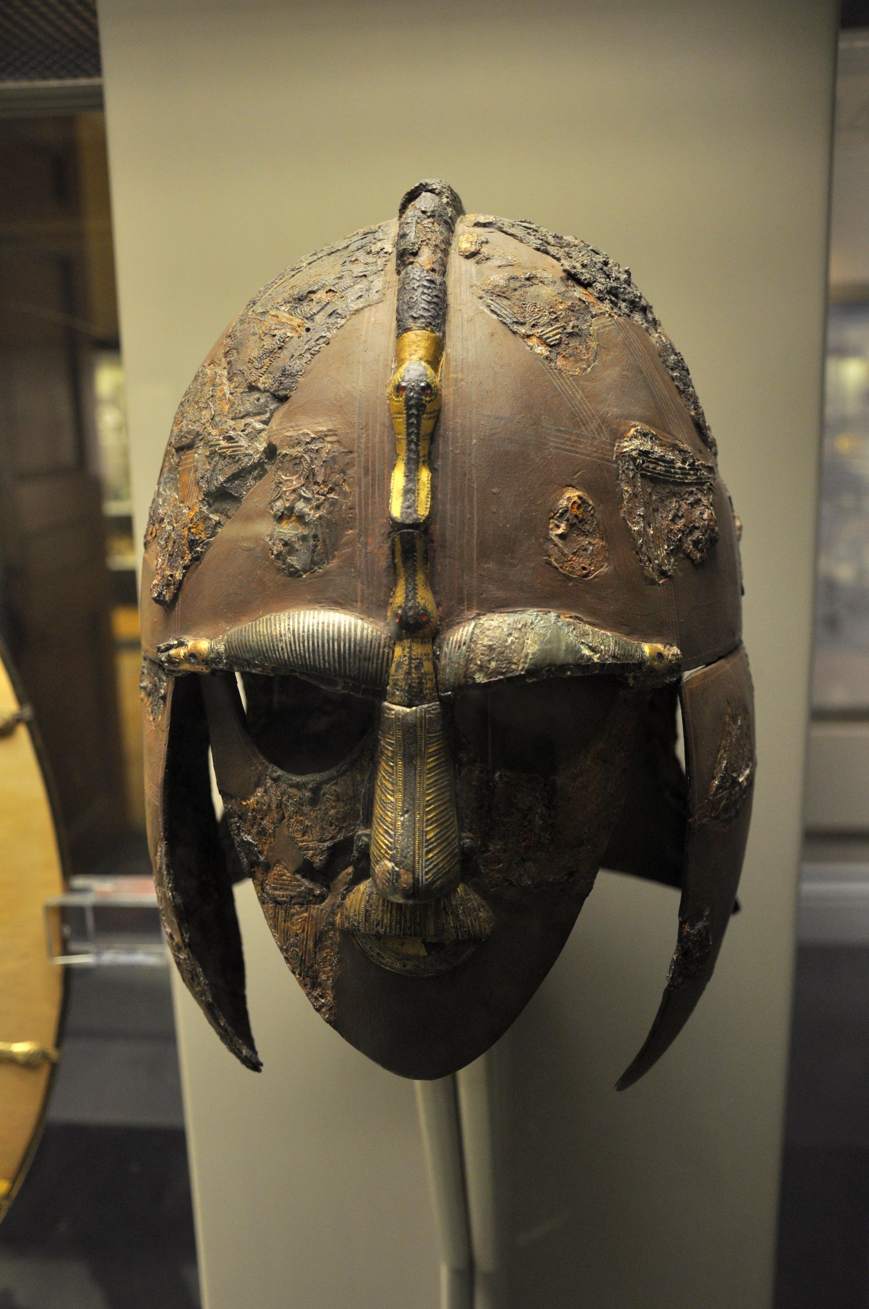 Der aus zahlreichen Bruchstücken wieder zusammengefügte Helm.