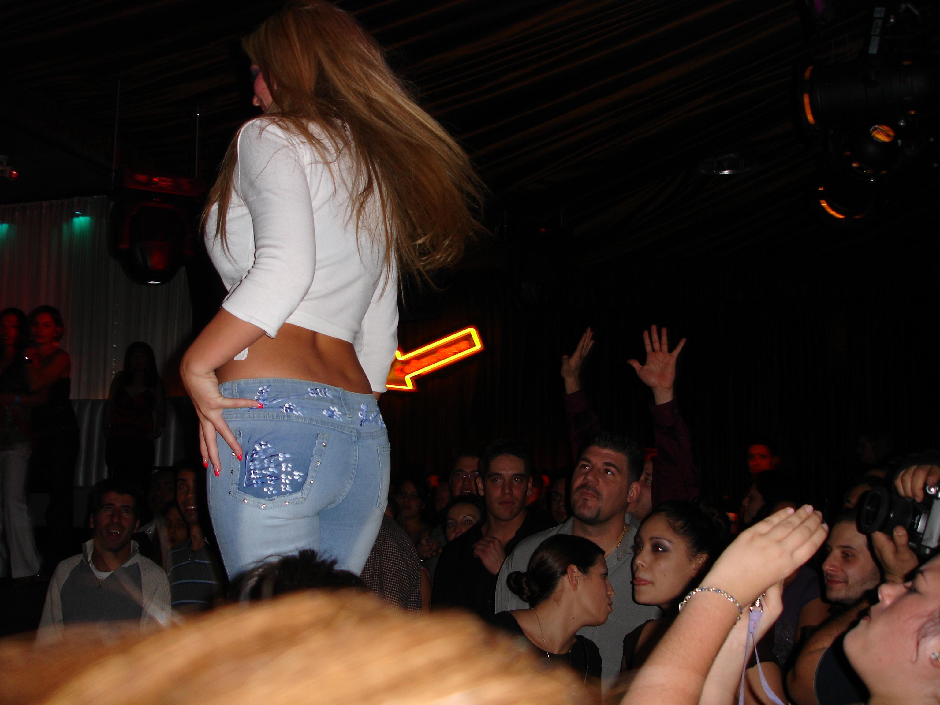 Datoteka:Teen in crop top with tight jeans.jpg