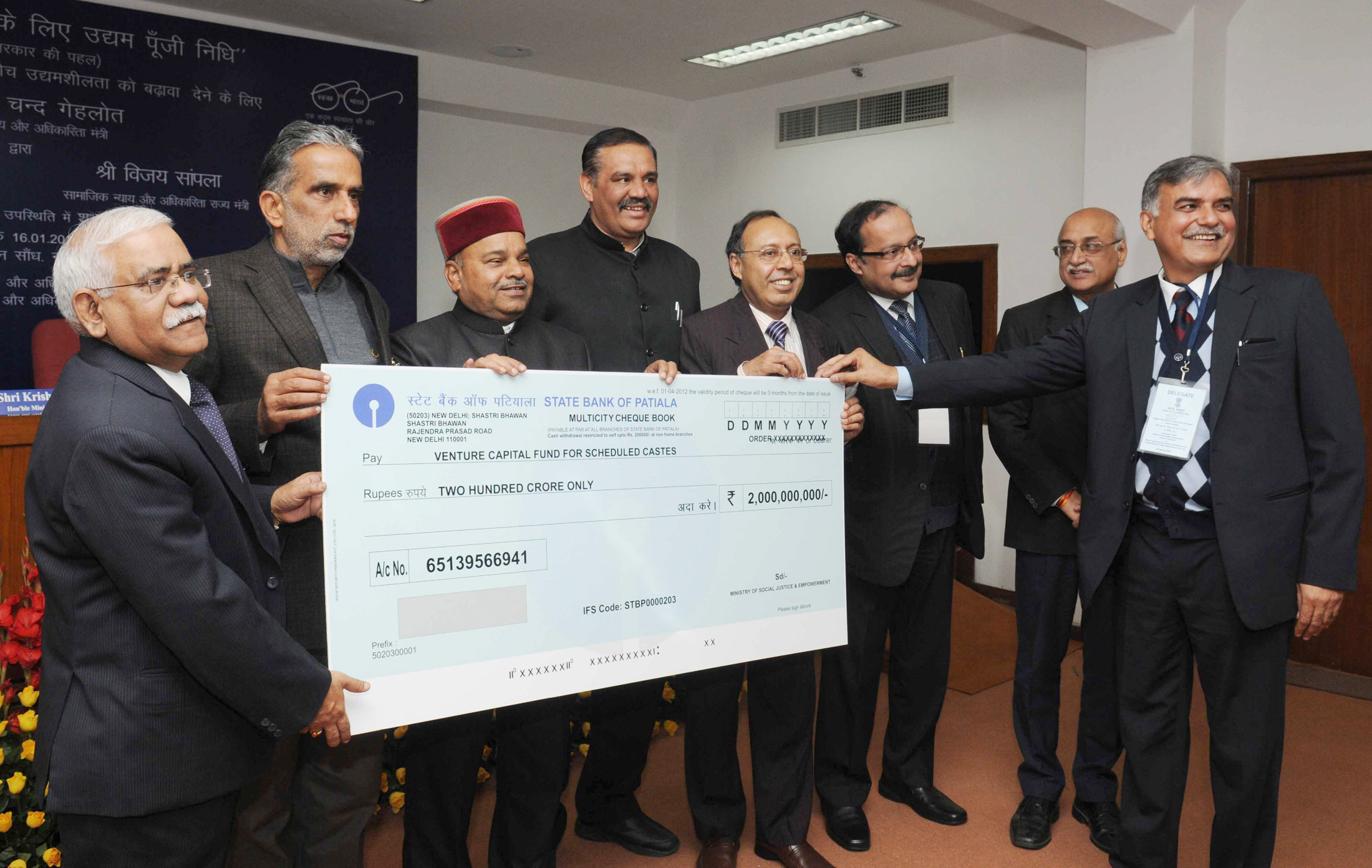 Chand Gehlot presenting the cheque to the IFCI at the launch of the Venture Capital Fund for Scheduled Castes, in New Delhi. The Minister of State for