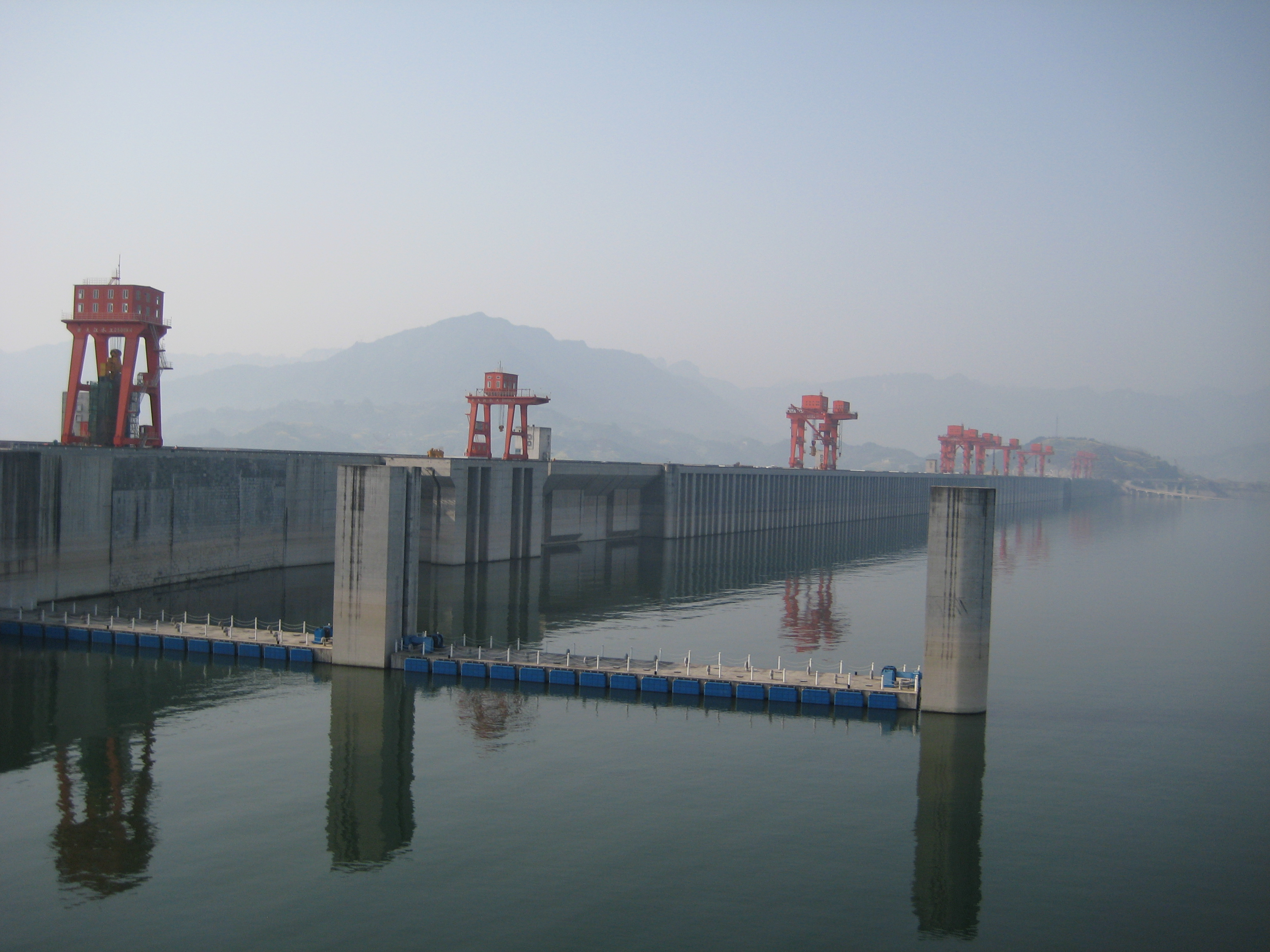 gorges dam In order to make an informed decision on how you feel about the three gorges dam it is best that you know what it is, and the pros and cons for this topic.