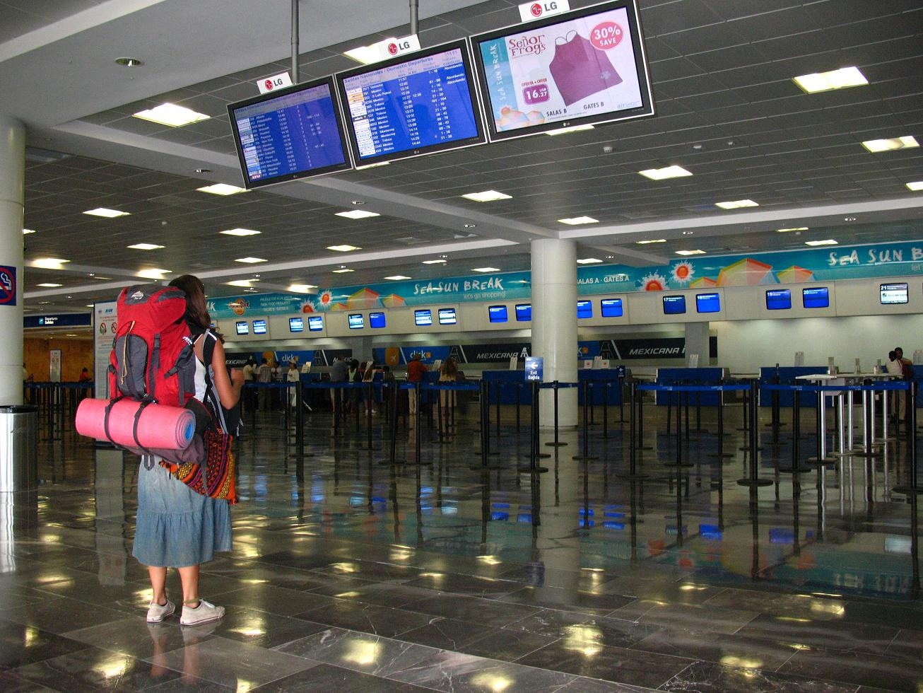 Person with backpack at Aeropuerto de Cancún
