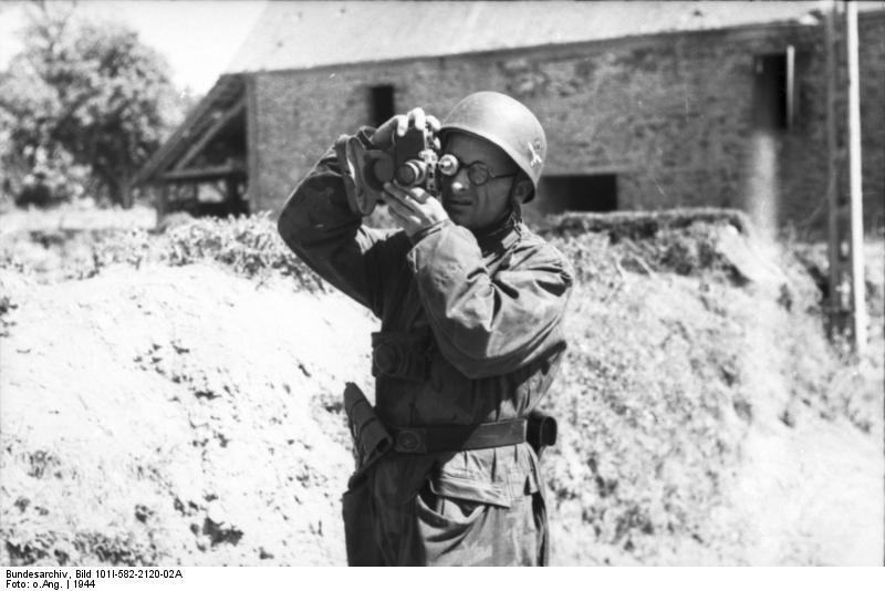 Bundesarchiv Bild 101I-582-2120-02A, Frankreich, Soldat beim Fotografieren