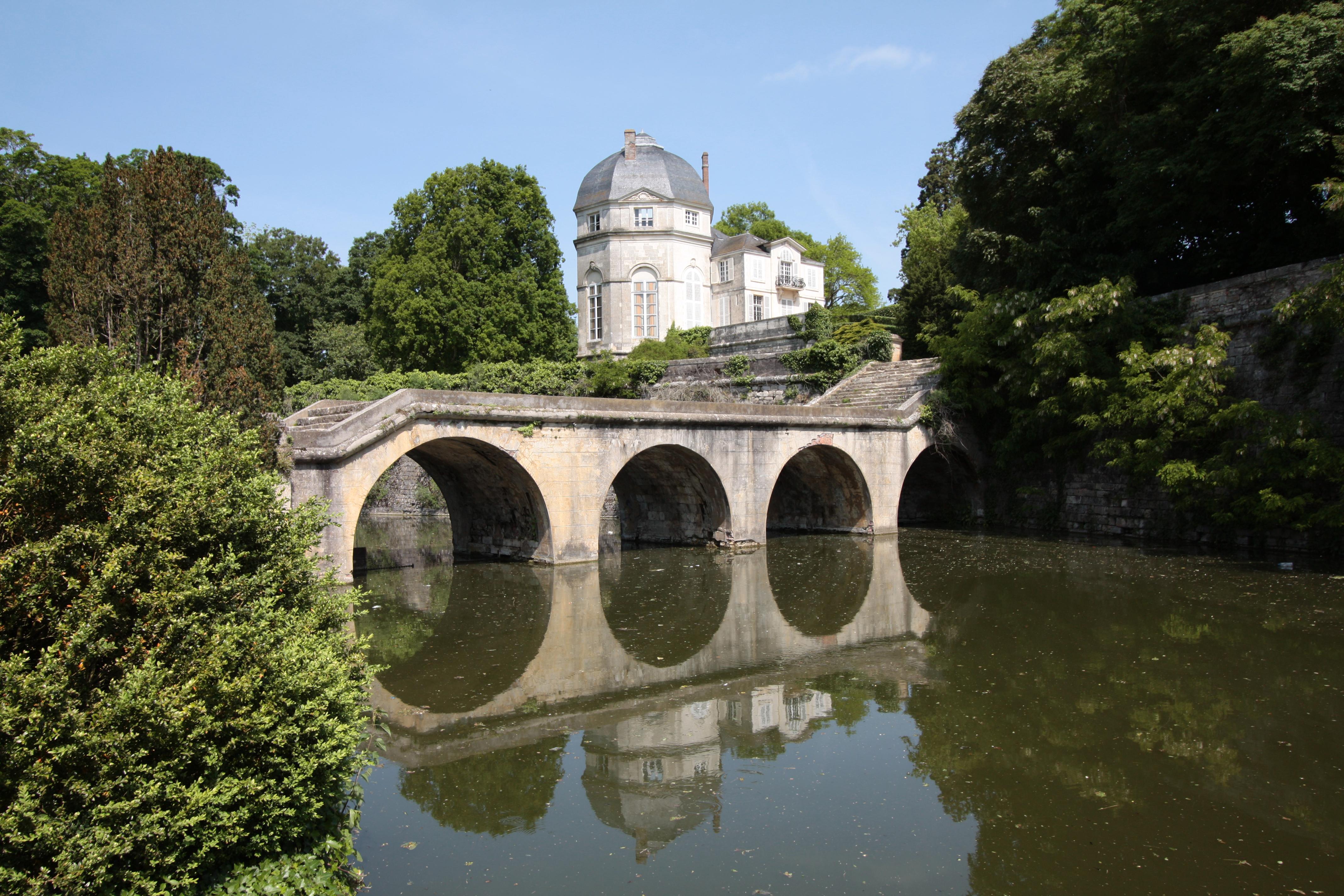 File castle chateauneuf 2007 wikimedia commons - Piscine de chateauneuf sur loire ...