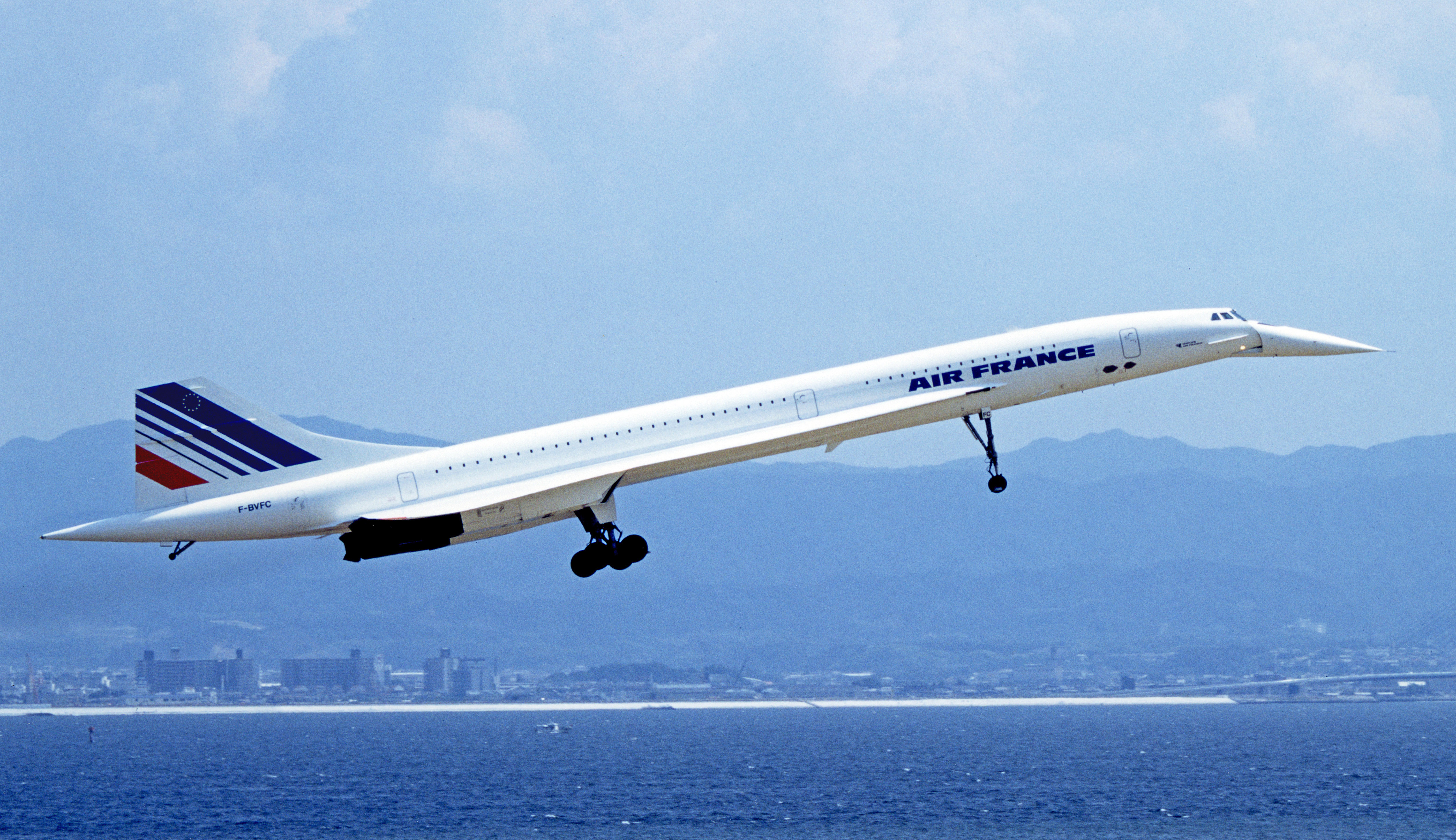 Concorde taking off from Kansai International Airport in 1994; image Spaceaero2
