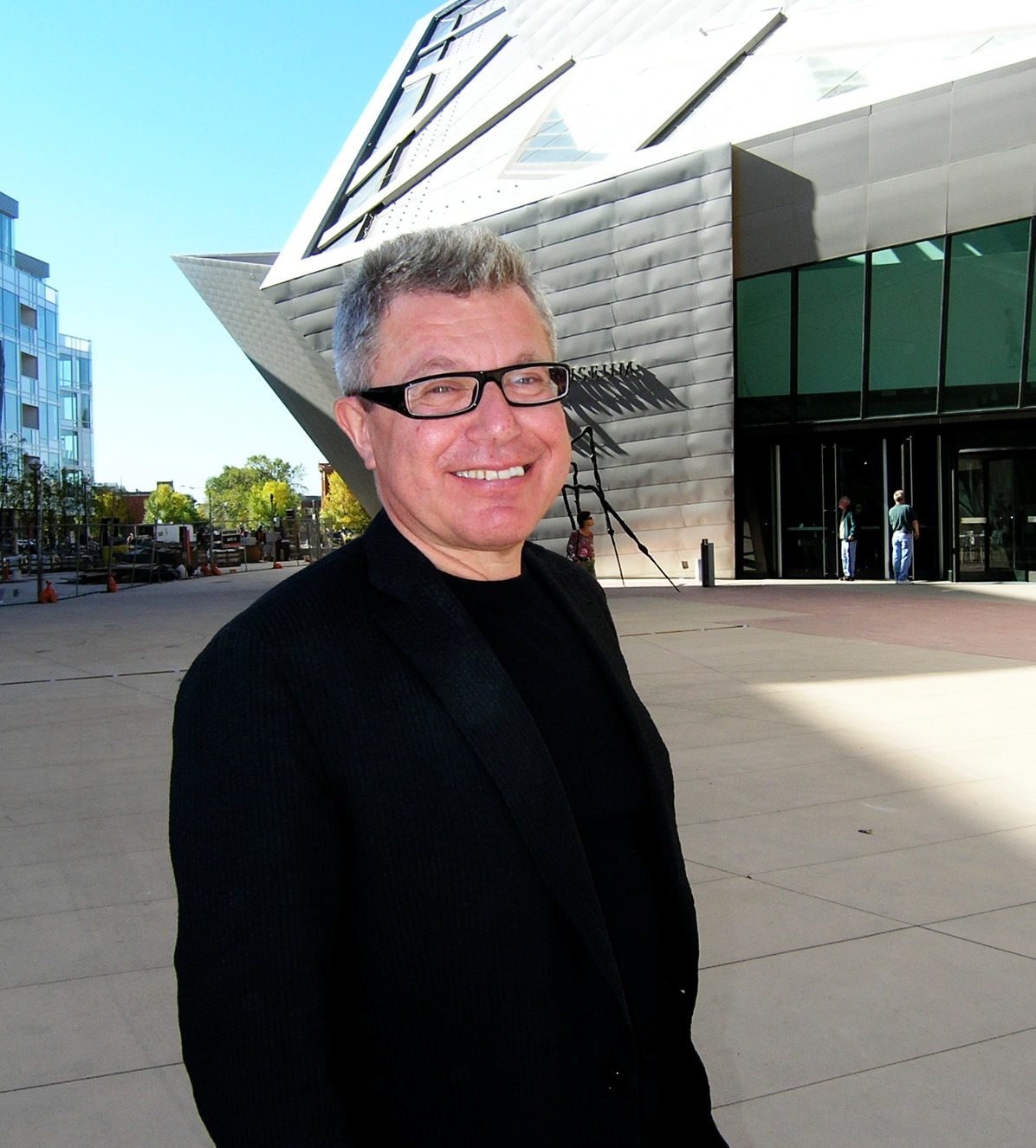 Libeskind in front of his extension to the [[Denver Art Museum]].
