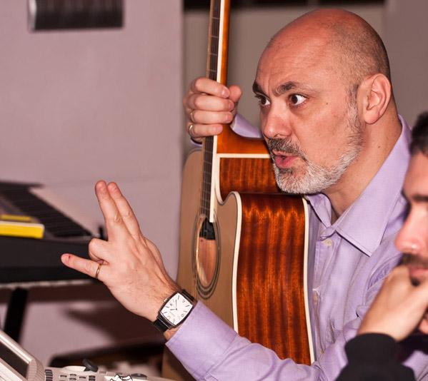 Gabriel Sopeña dirigiendo una sesión de grabación en Zaragoza en mayo de 2010.
