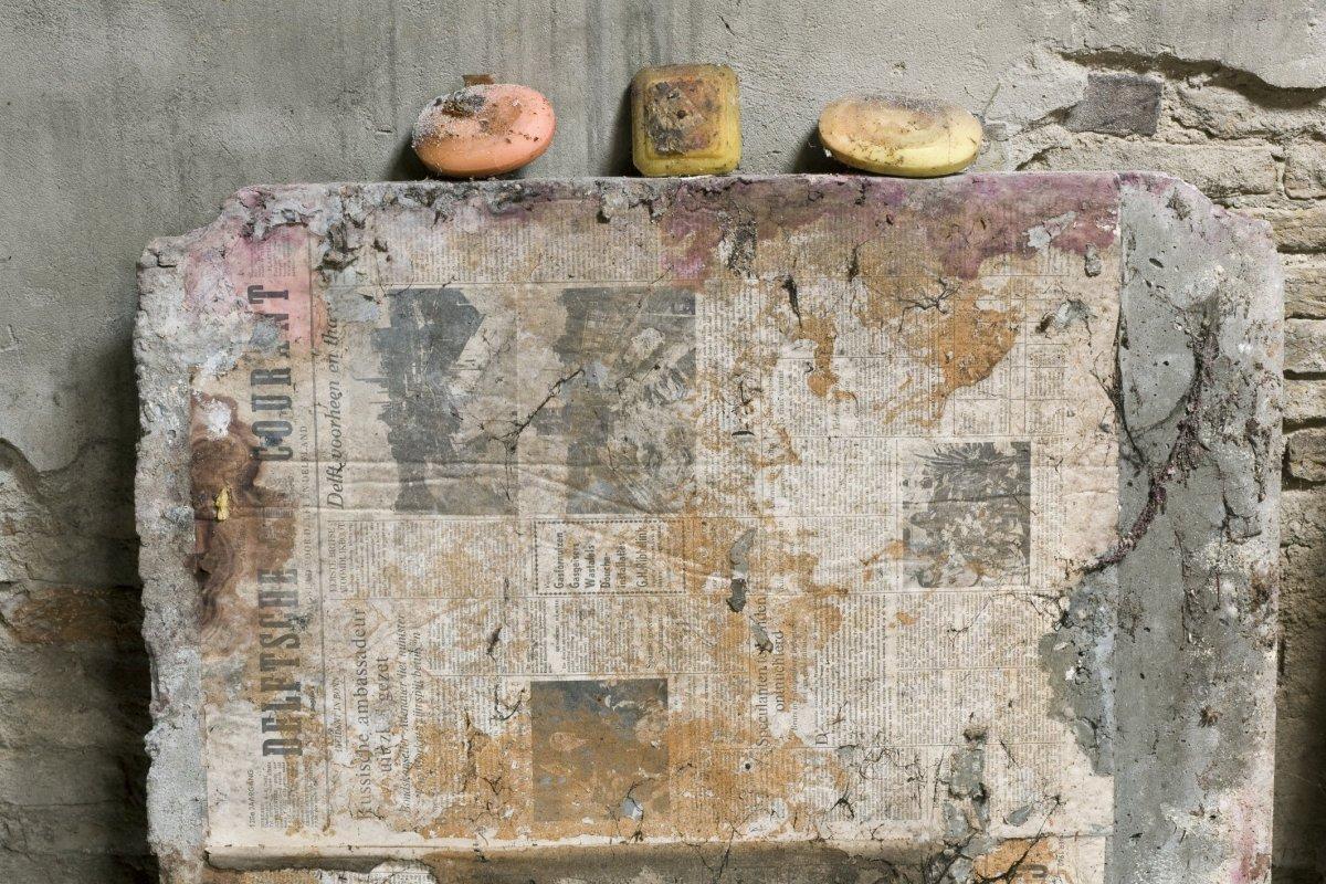 Bestand interieur stuk muur bedekt met oude kranten en stukken zeep delft 20412679 rce - Interieur muur ...