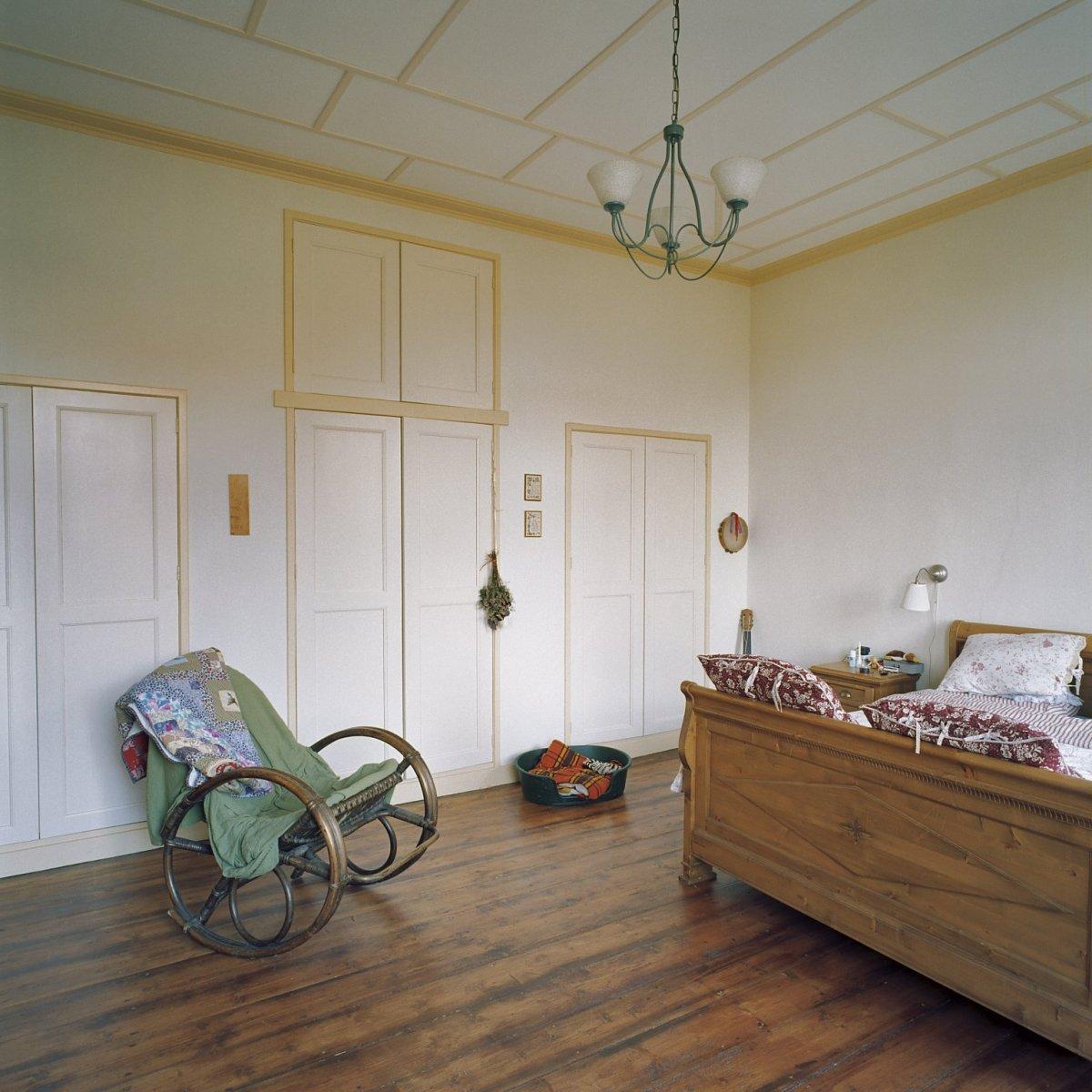 fileinterieur begane grond woongedeelte boerderij oude slaapkamer met kastenwand wouw