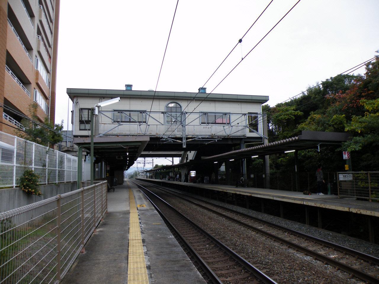 https://upload.wikimedia.org/wikipedia/commons/1/11/JRKyushu_Chidori_Station_2.jpg