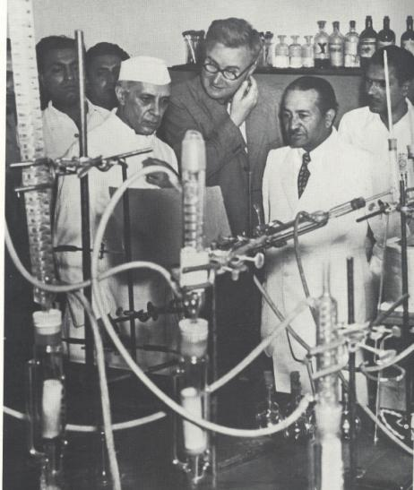 Jawaharlal Nehru at National Chemical Laboratory, Pune, 3 January 1950.jpg