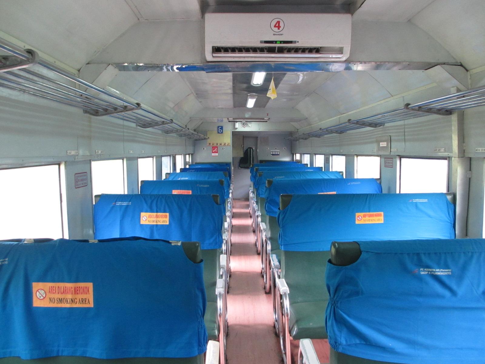 Interior kereta api ekonomi PSO, seperti pada kereta api Kamandaka.