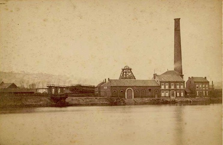 1880. English: Old Marihaye Coal Mine in Seraing, Liège, Belgium, by 1880 Origine : http://liegecitations.wordpress.com/category/liege/lieux/marihaye/