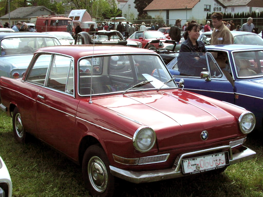 https://upload.wikimedia.org/wikipedia/commons/1/11/MHV_BMW_700.jpg